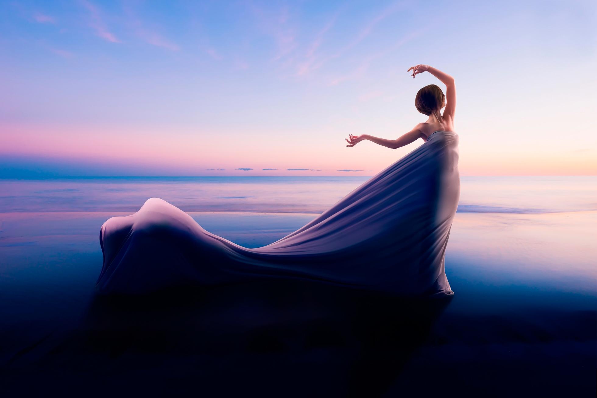 Девушки на берегу океана в длинном голубом платье