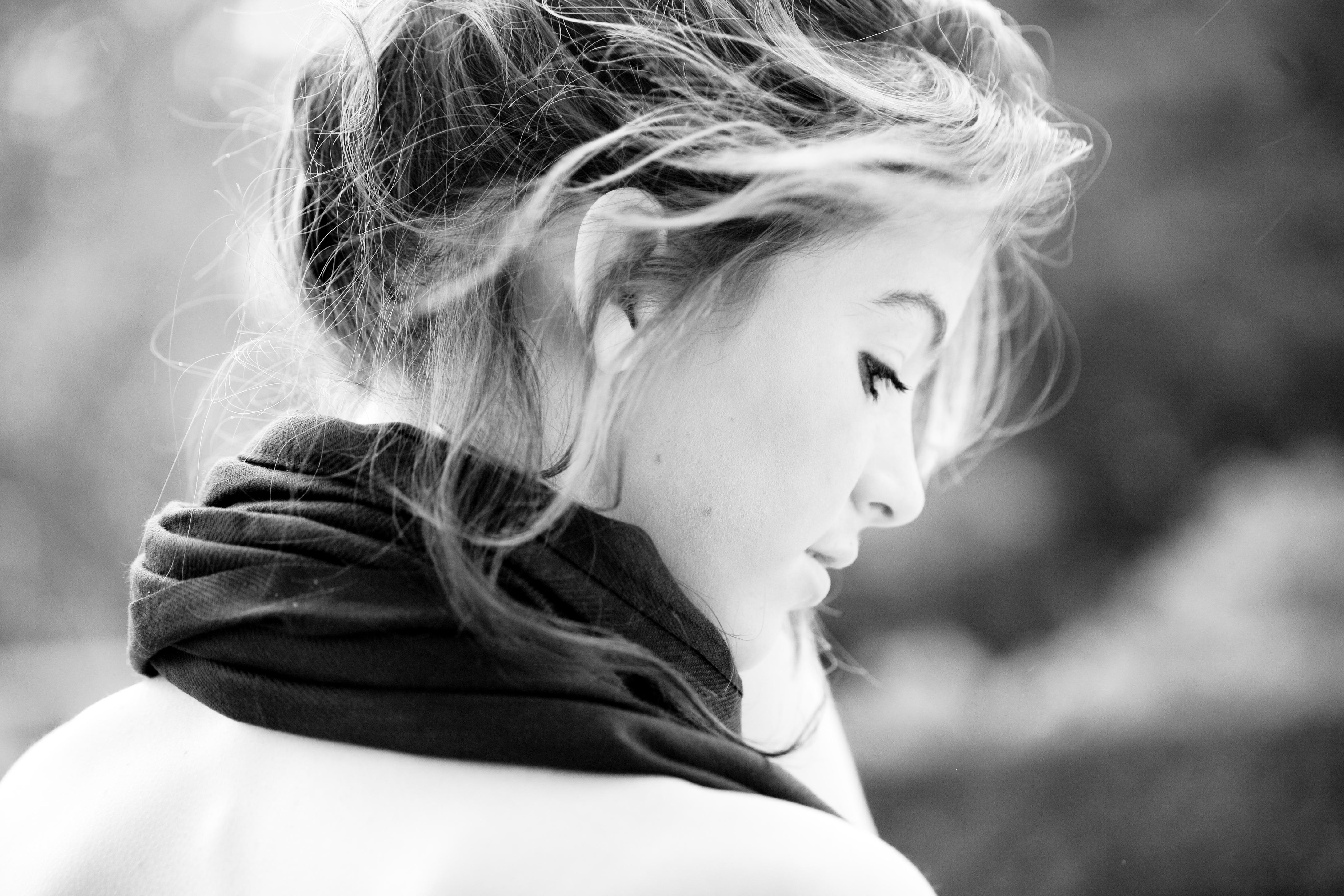 Картинка на аву девушки черно белое