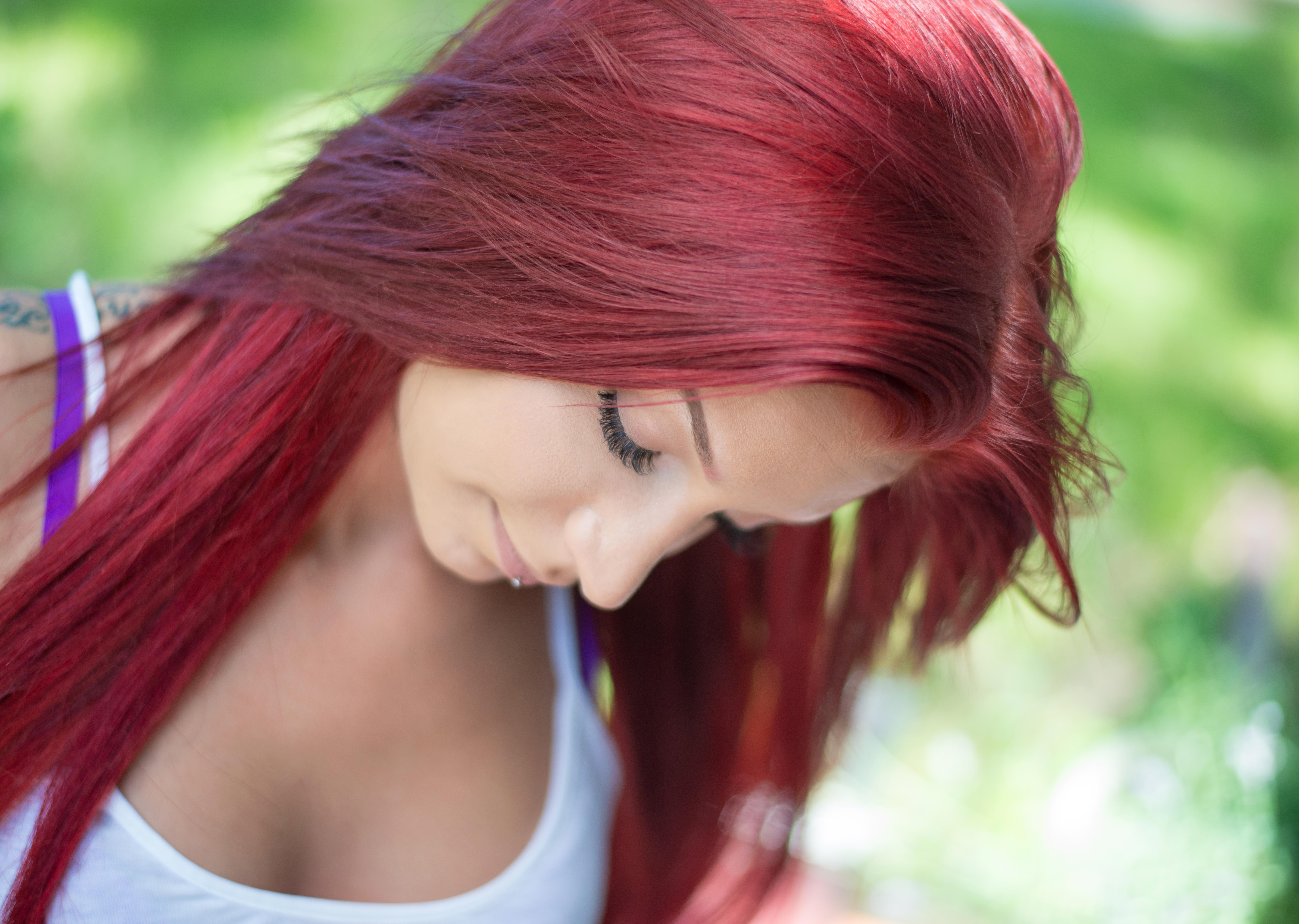 Девушки с алыми волосами фото