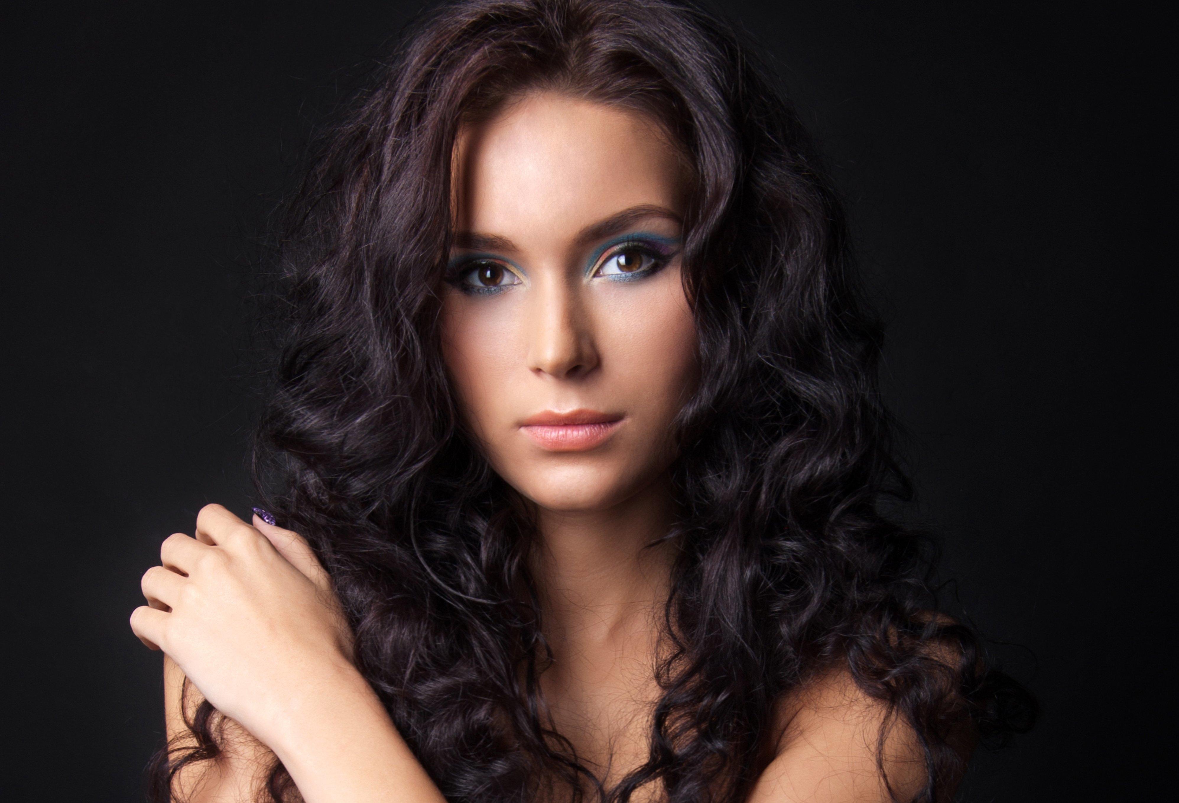 Брюнетка с кудрявыми волосами