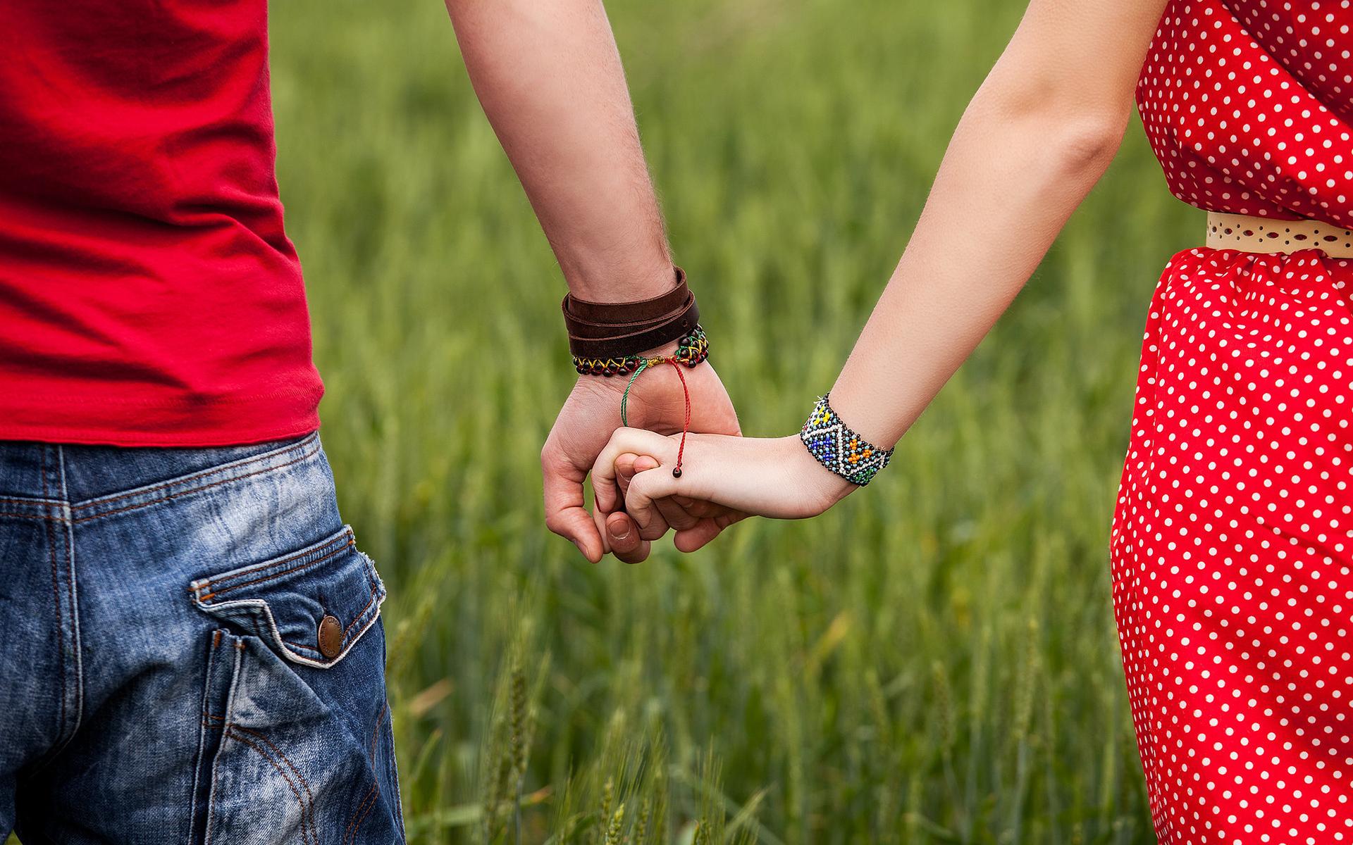 Фото как мужчина держит девушку за руку