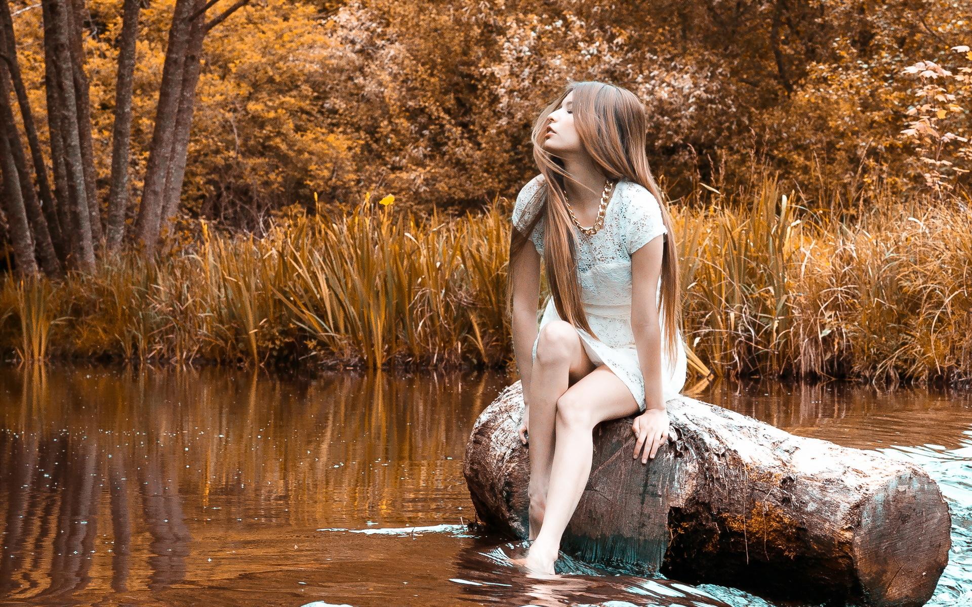 Хрупкая брюнетка прогуливается голышом возле озера  152965