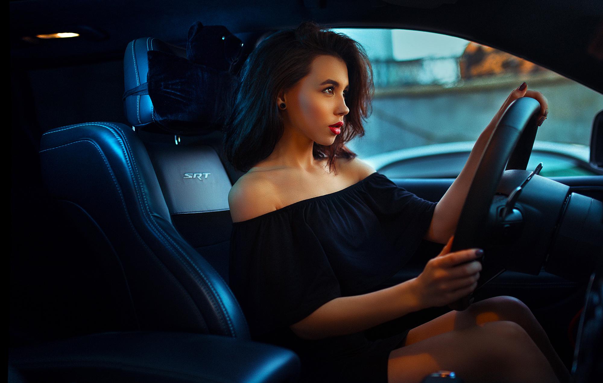 Картинка девушка смотрит на машину