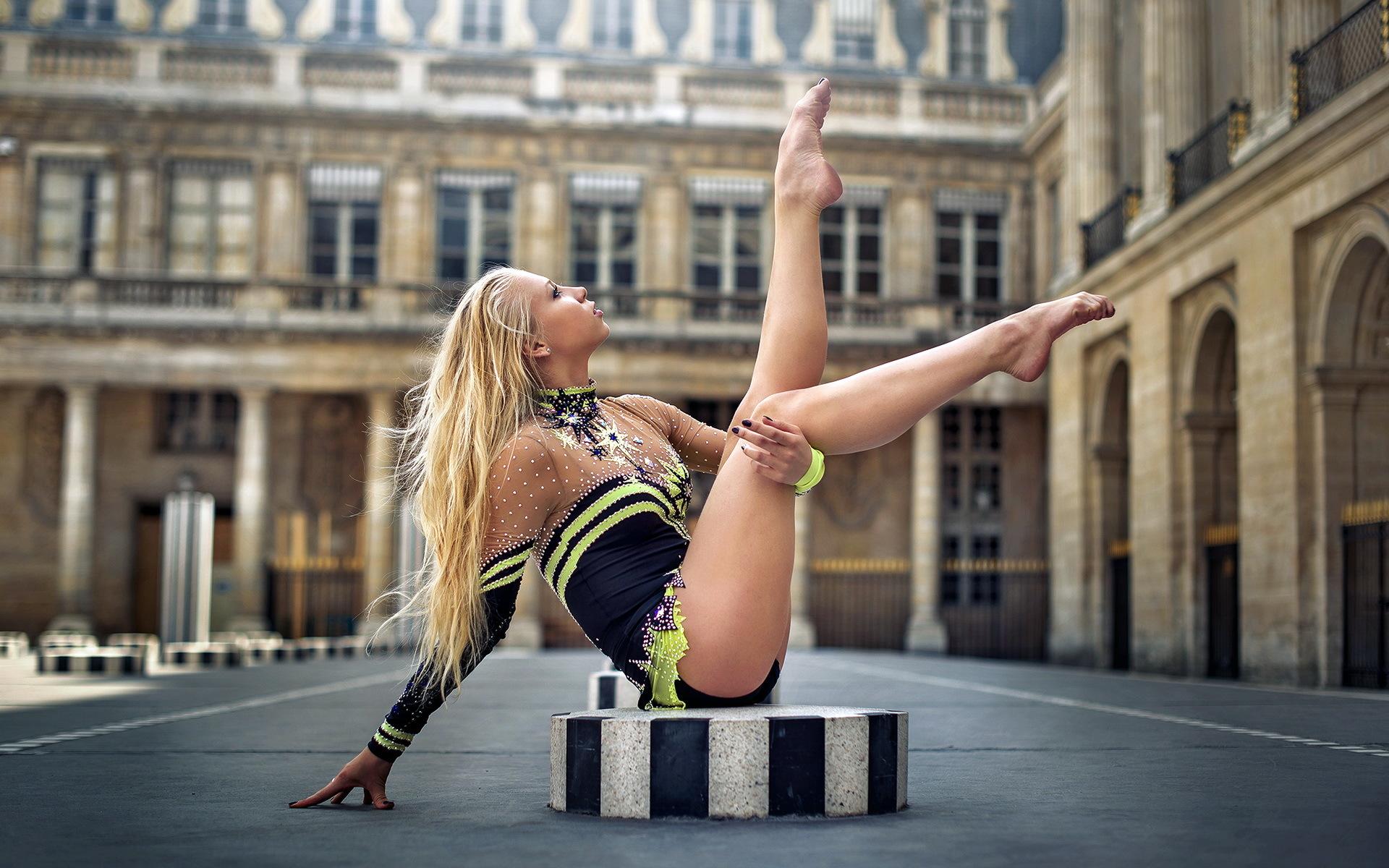 Гимнастка блондинка