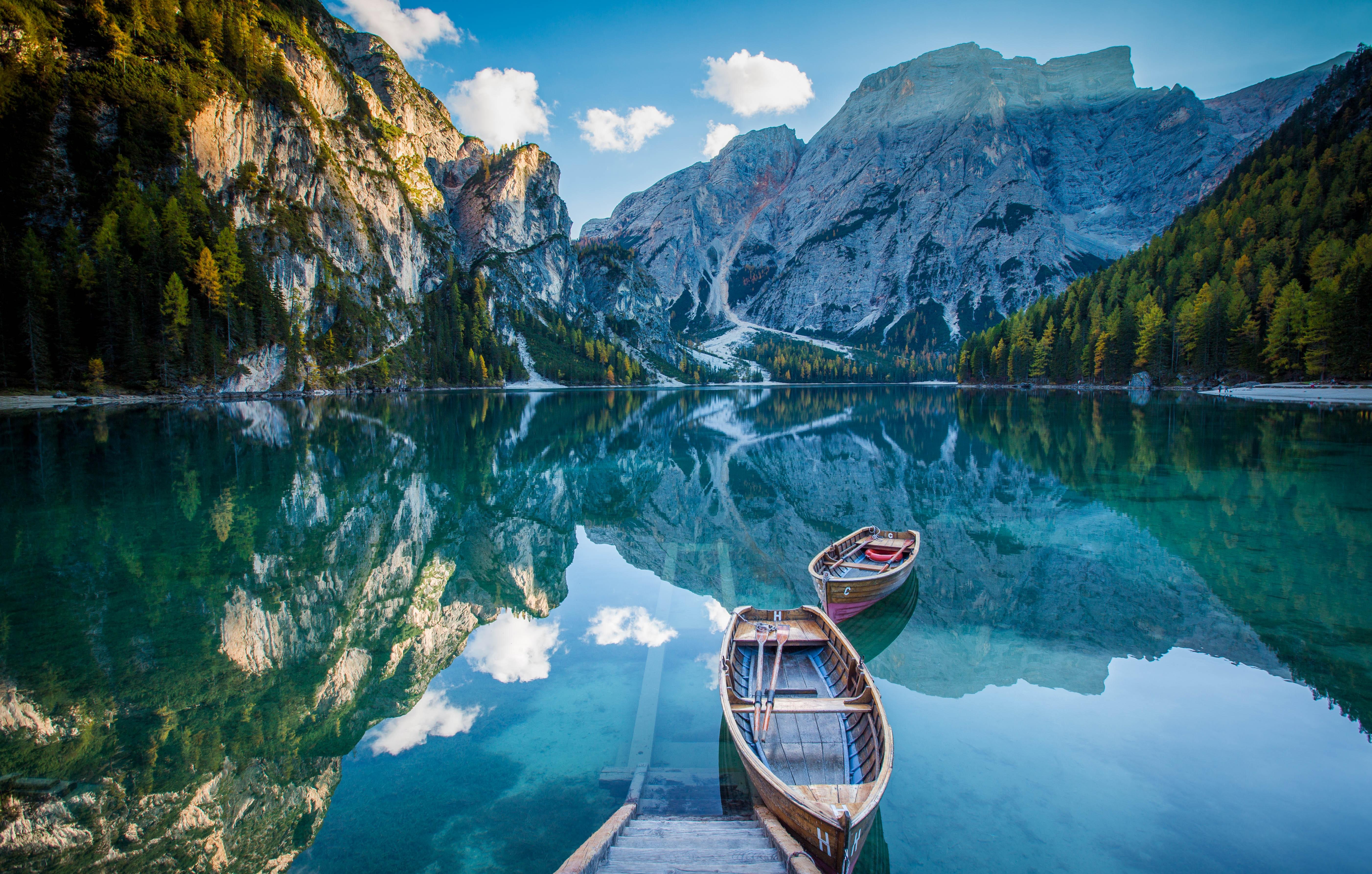 Лодка на берегу зеленого озера  № 2493017  скачать