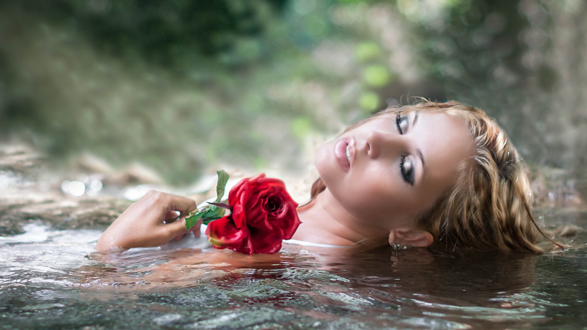 девушка блондинка цветы розы girl blonde flowers rose смотреть