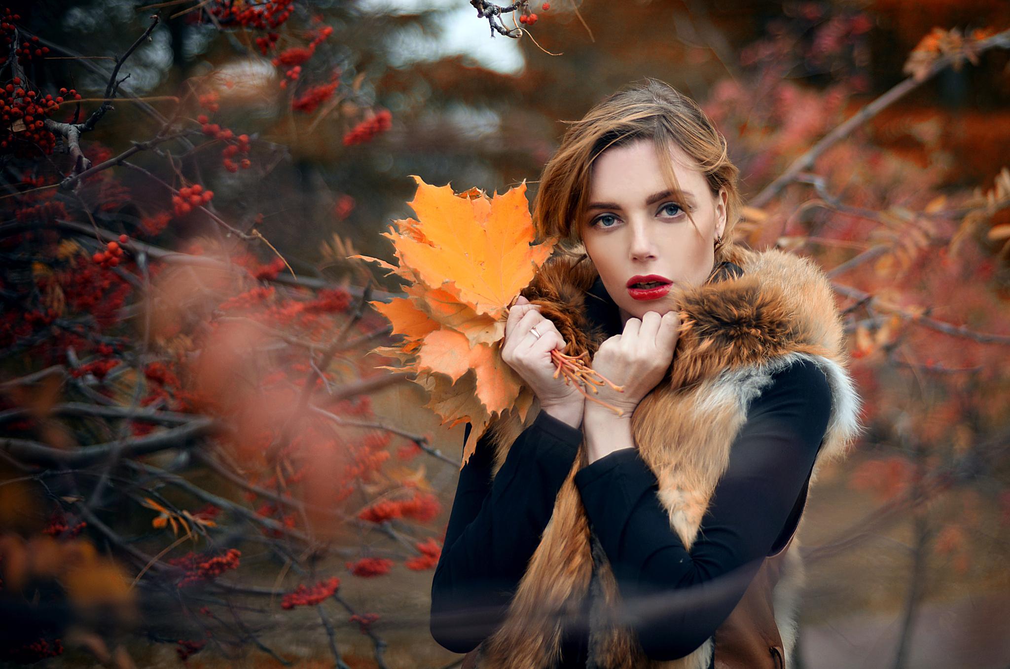 девушки листья осень лицо бесплатно