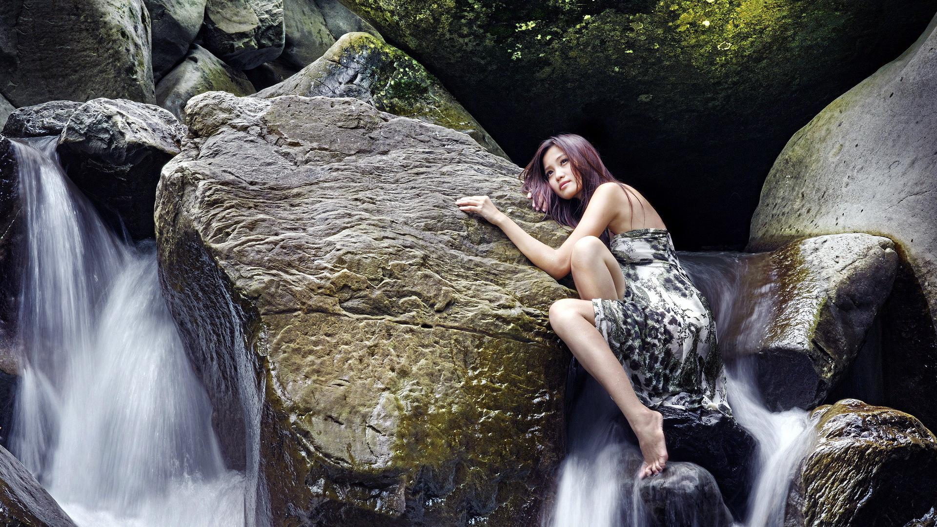 опять переживал, девушки пляшут на водопаде возрасте ценят любят
