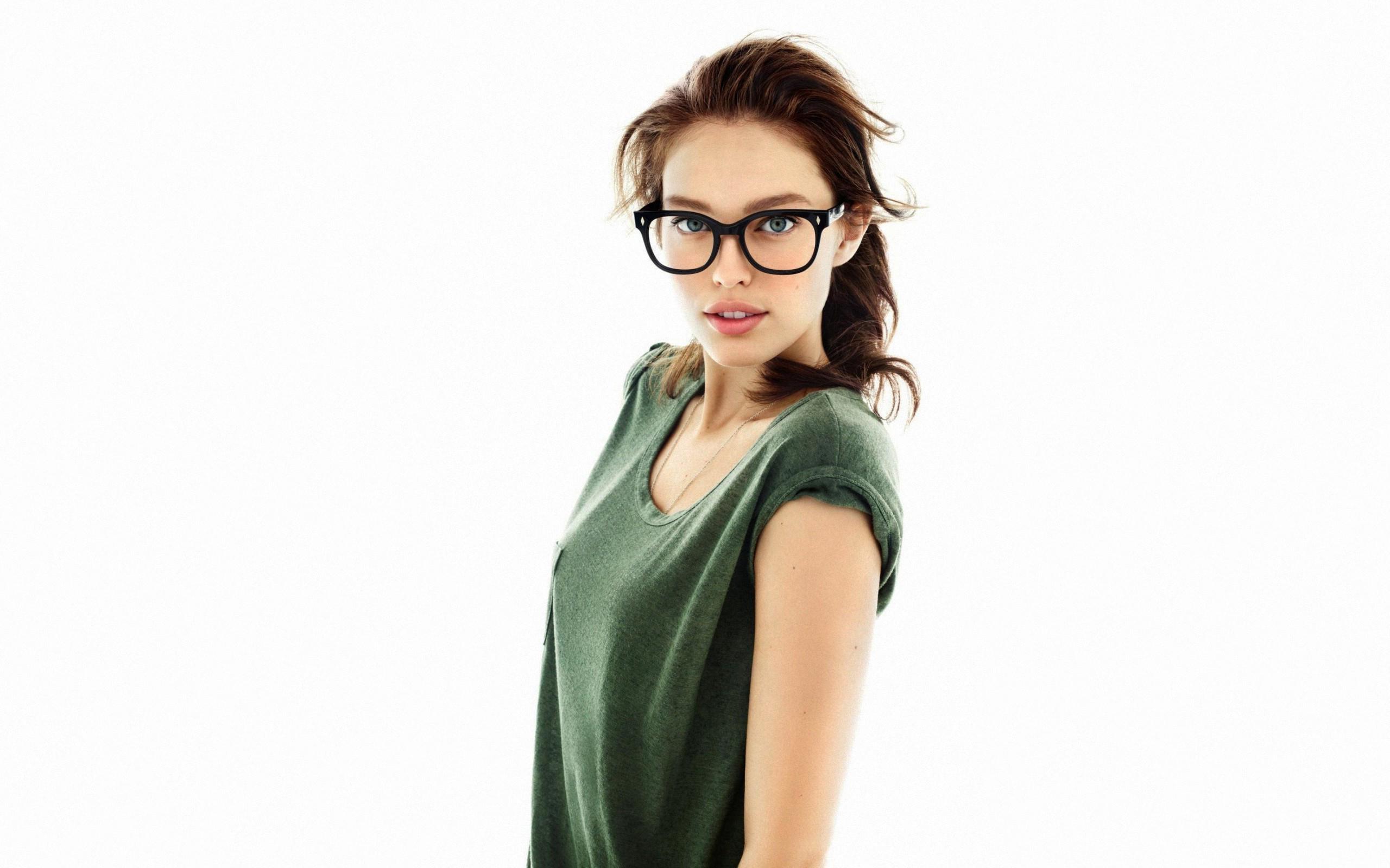 девушка планшет очки бесплатно