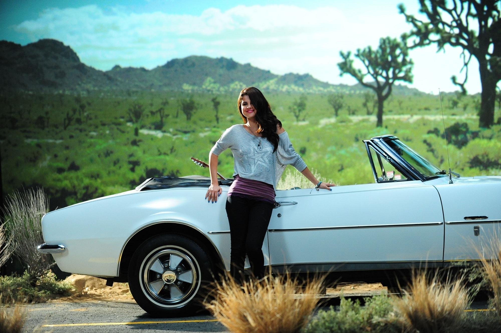 Большие фотки-девушки с авто на природе — pic 6