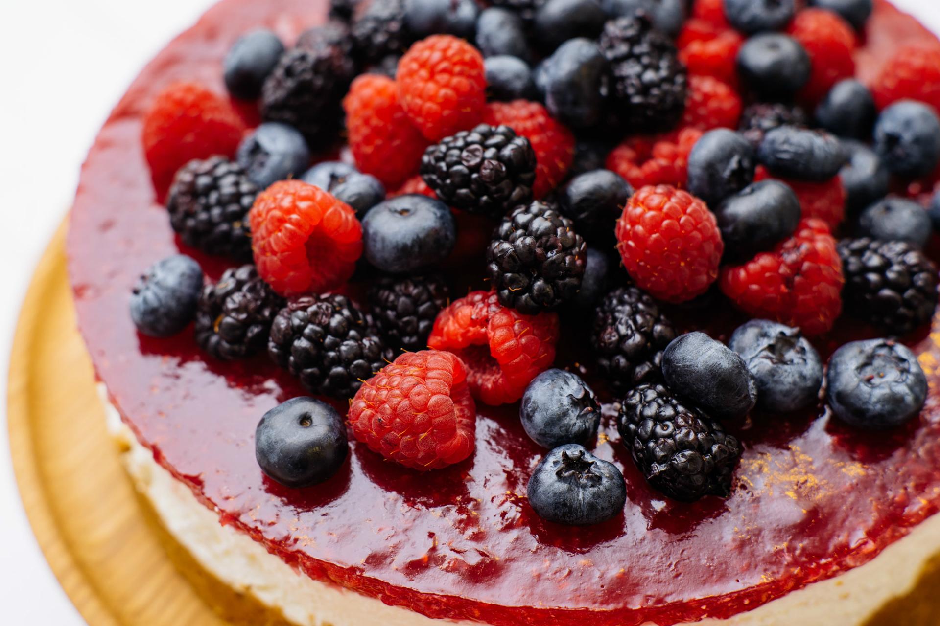 Зажелировать ягоды для торта