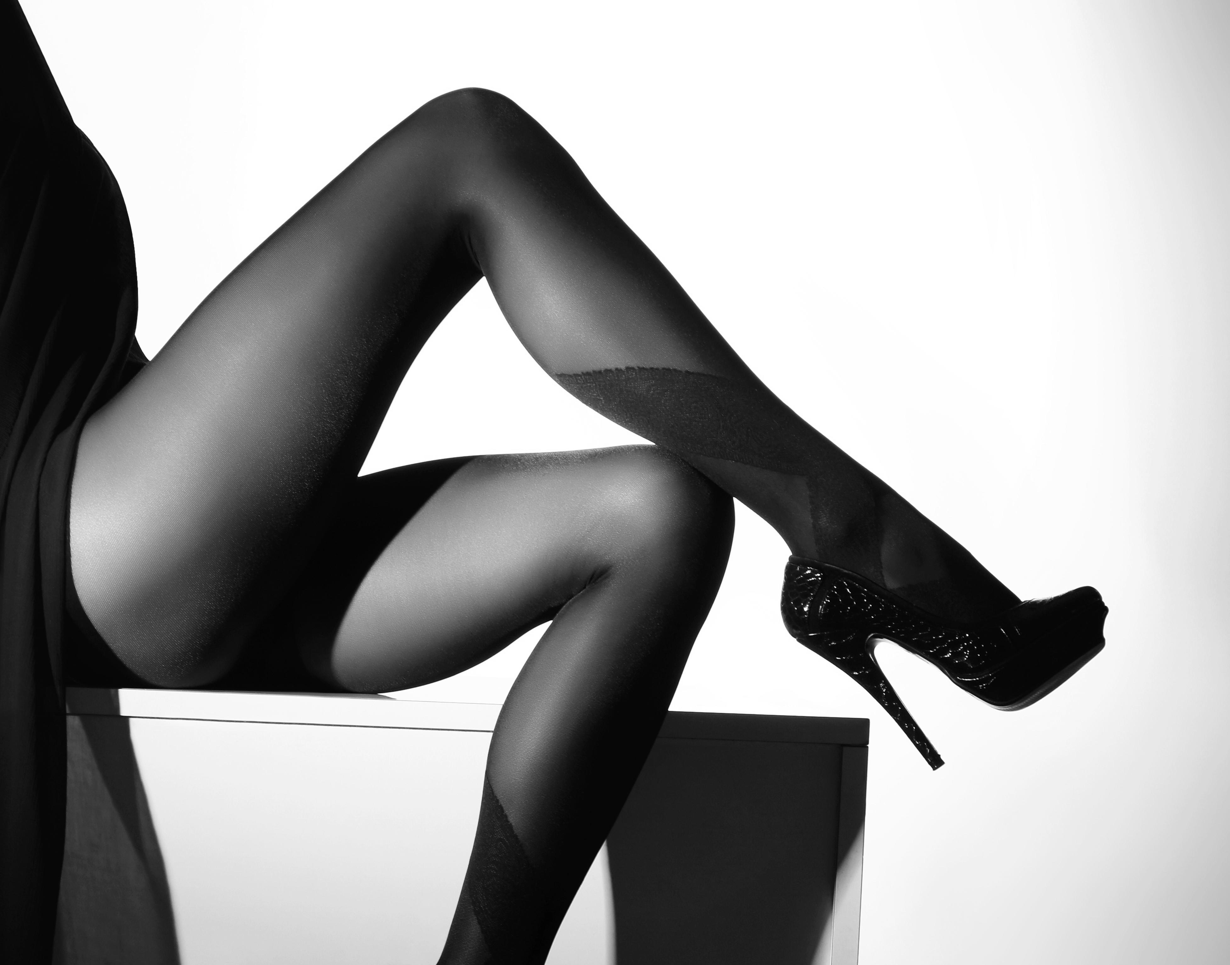 Ножки в чулках черных