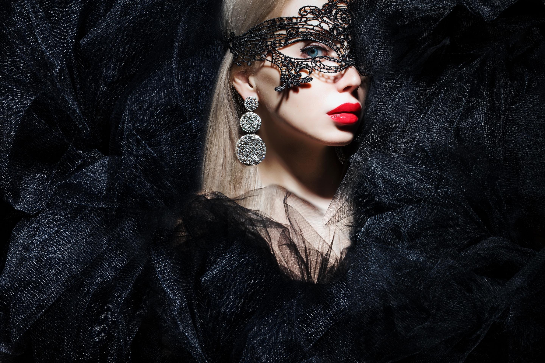 блондинка в маске на лице фото