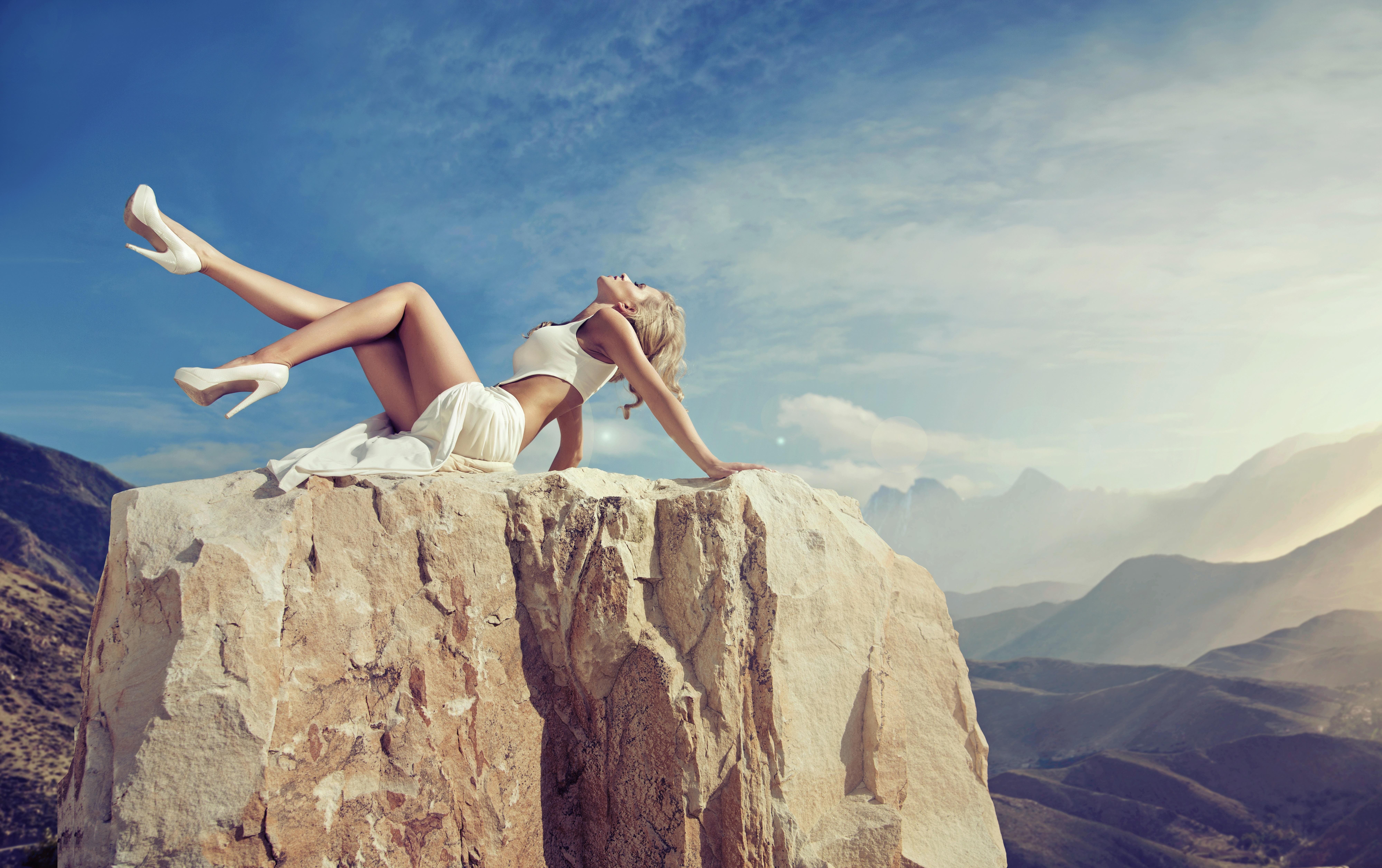 Парень фотографирует голую подружку у скалы  234608