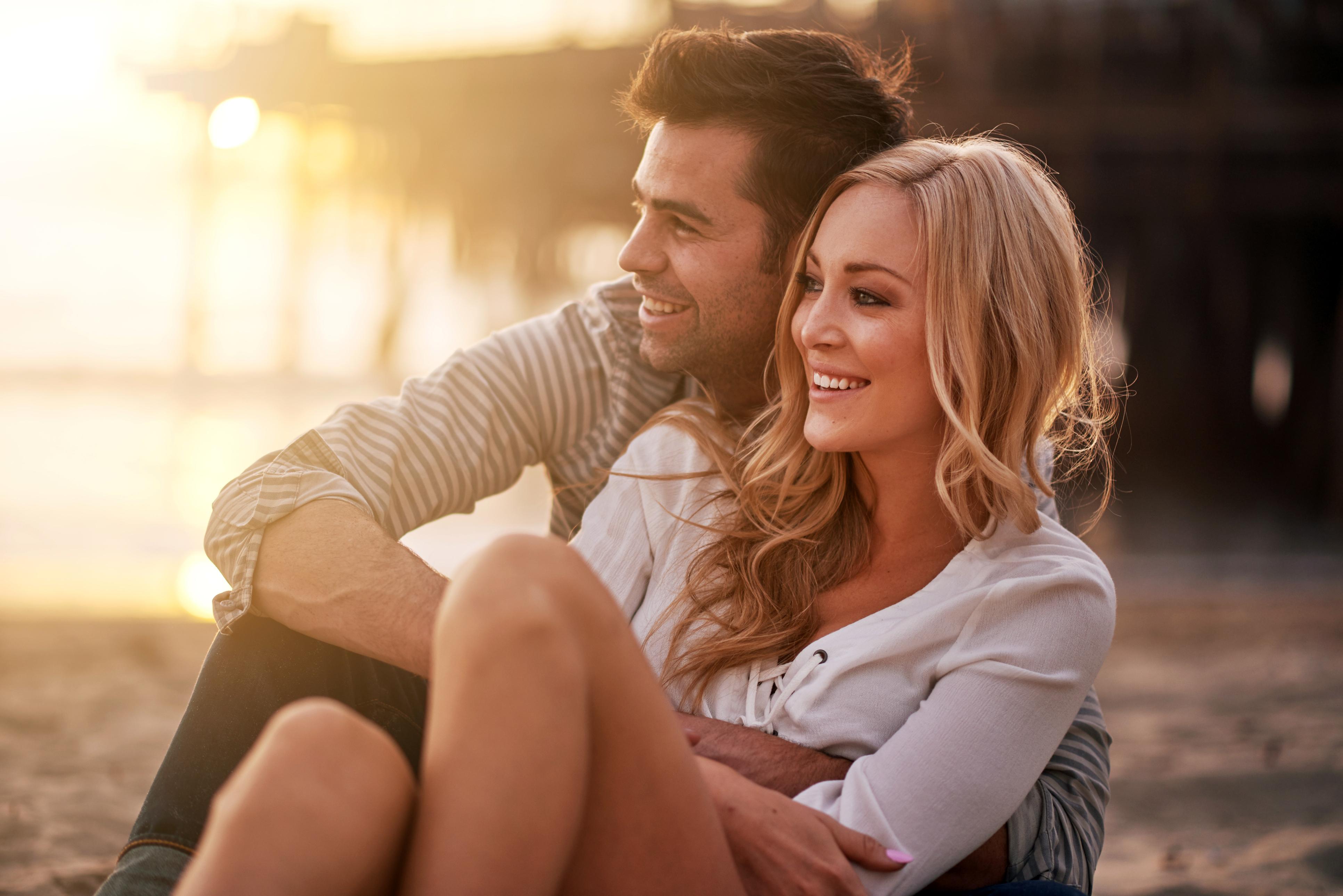 Влюбленные пары в обнимку картинки