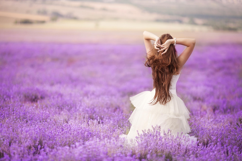 девушка природа белое платье цветы желтые  № 3832621 загрузить