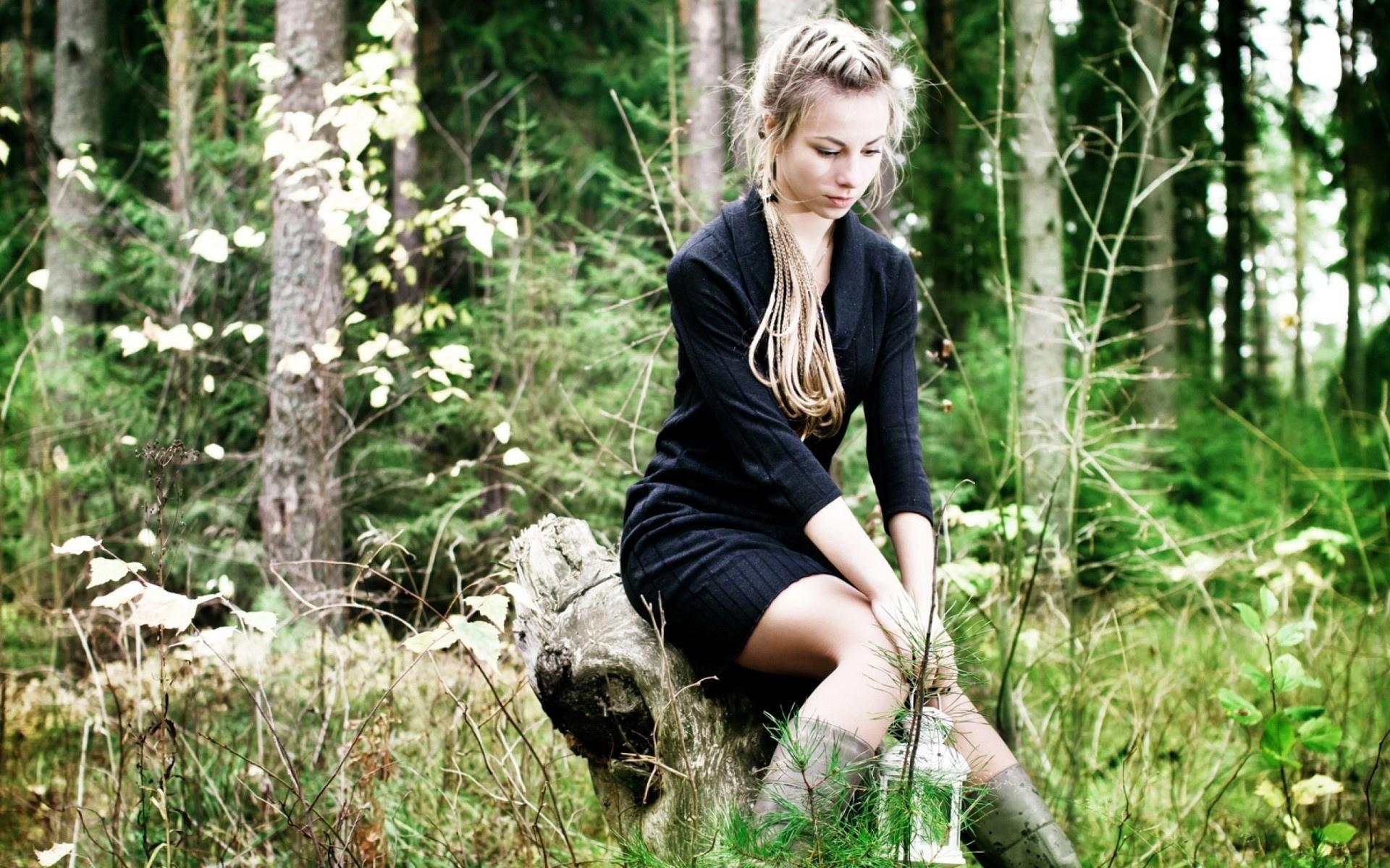 девушка пень лес бесплатно