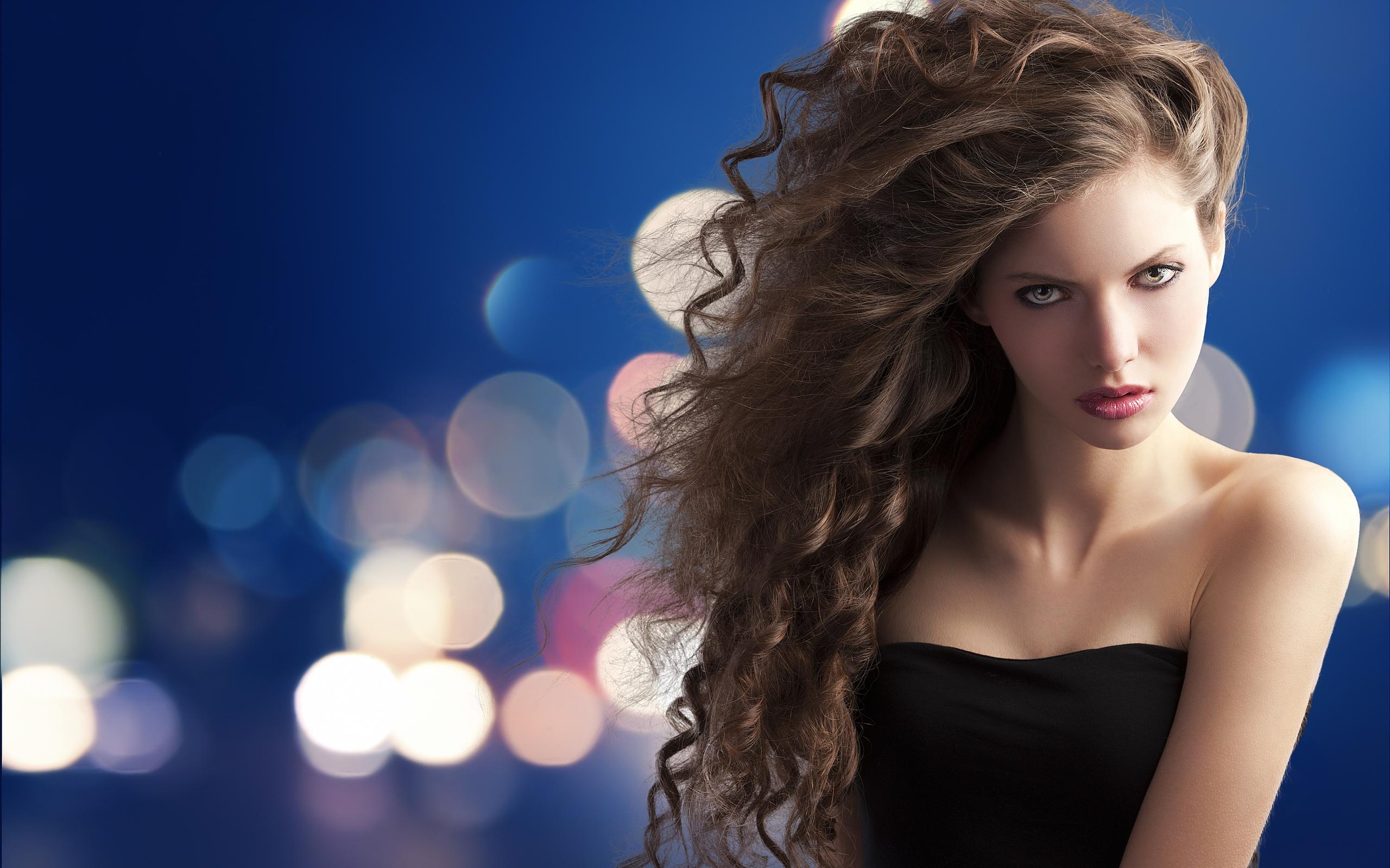 Девушка с пышными волосами фото