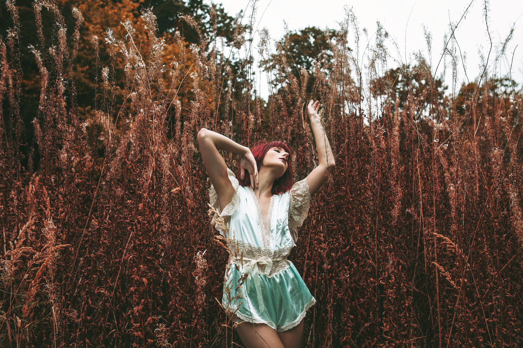 Фото девушек в высокой траве