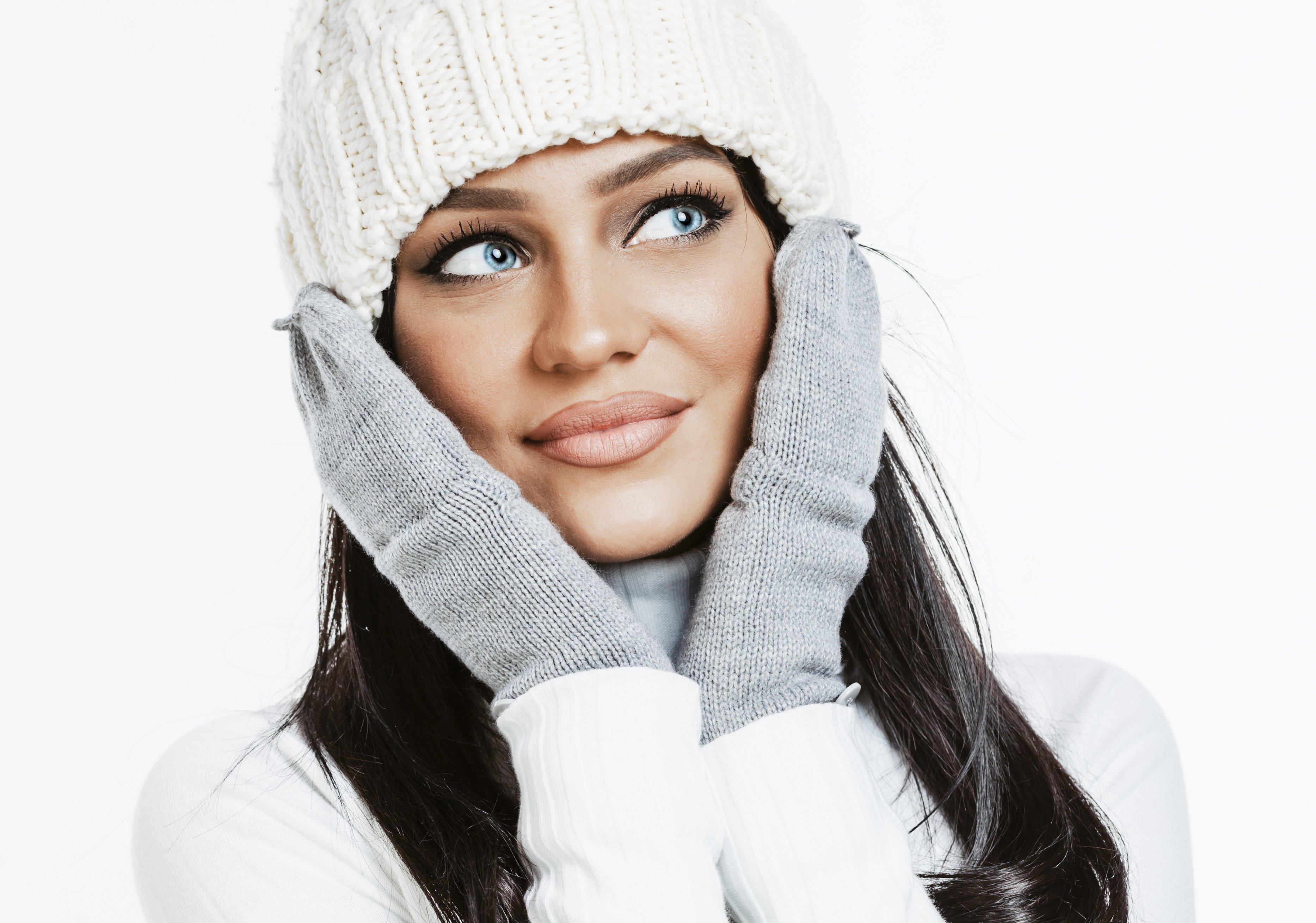 Девушка в белой шапке