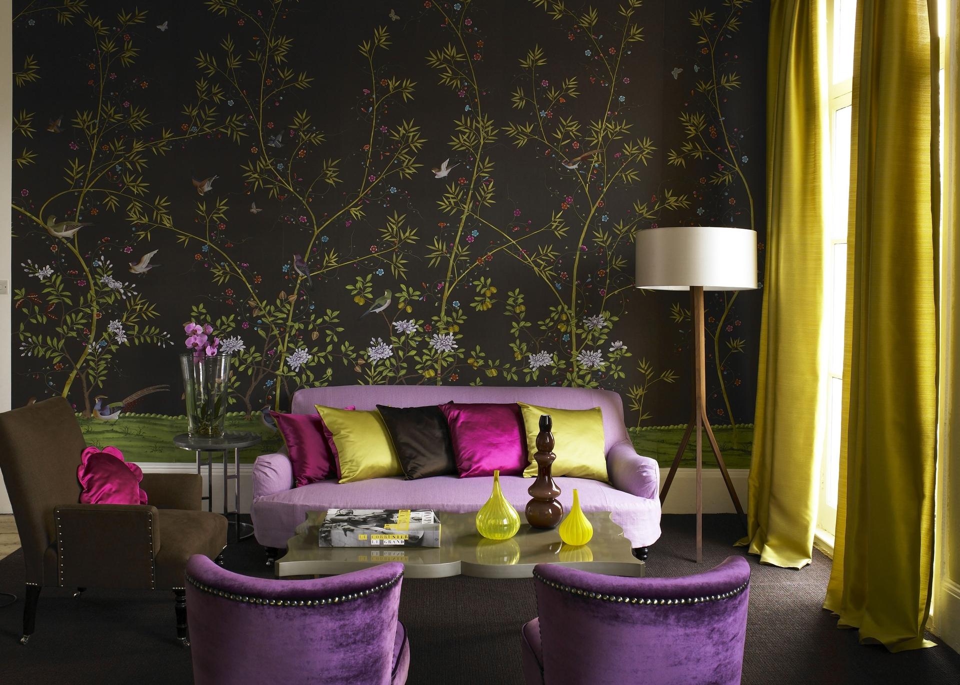 Обои с цветами в интерьере гостиной фото