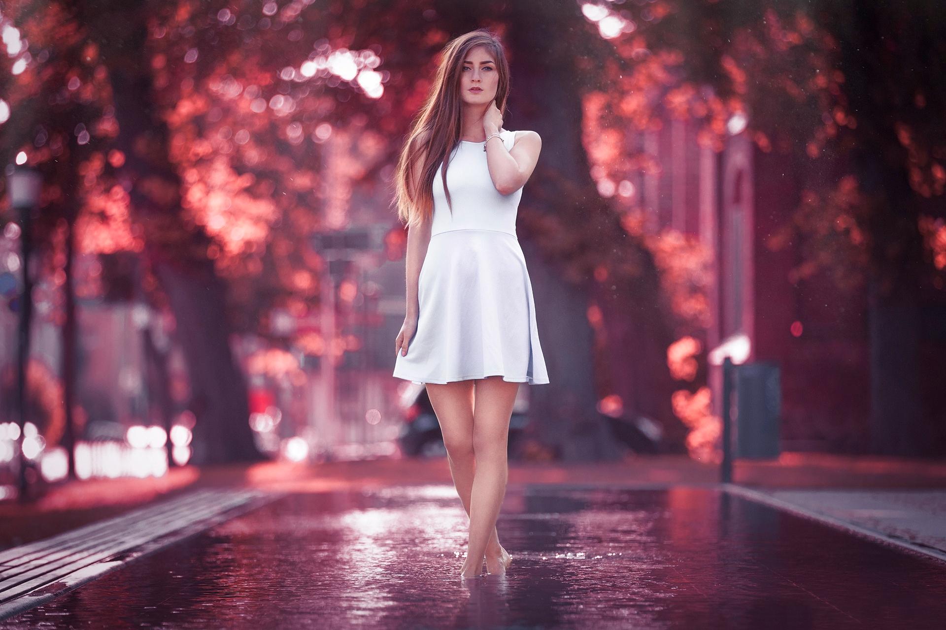 fotografii-stoyashih-devushek-smotrit-glaza