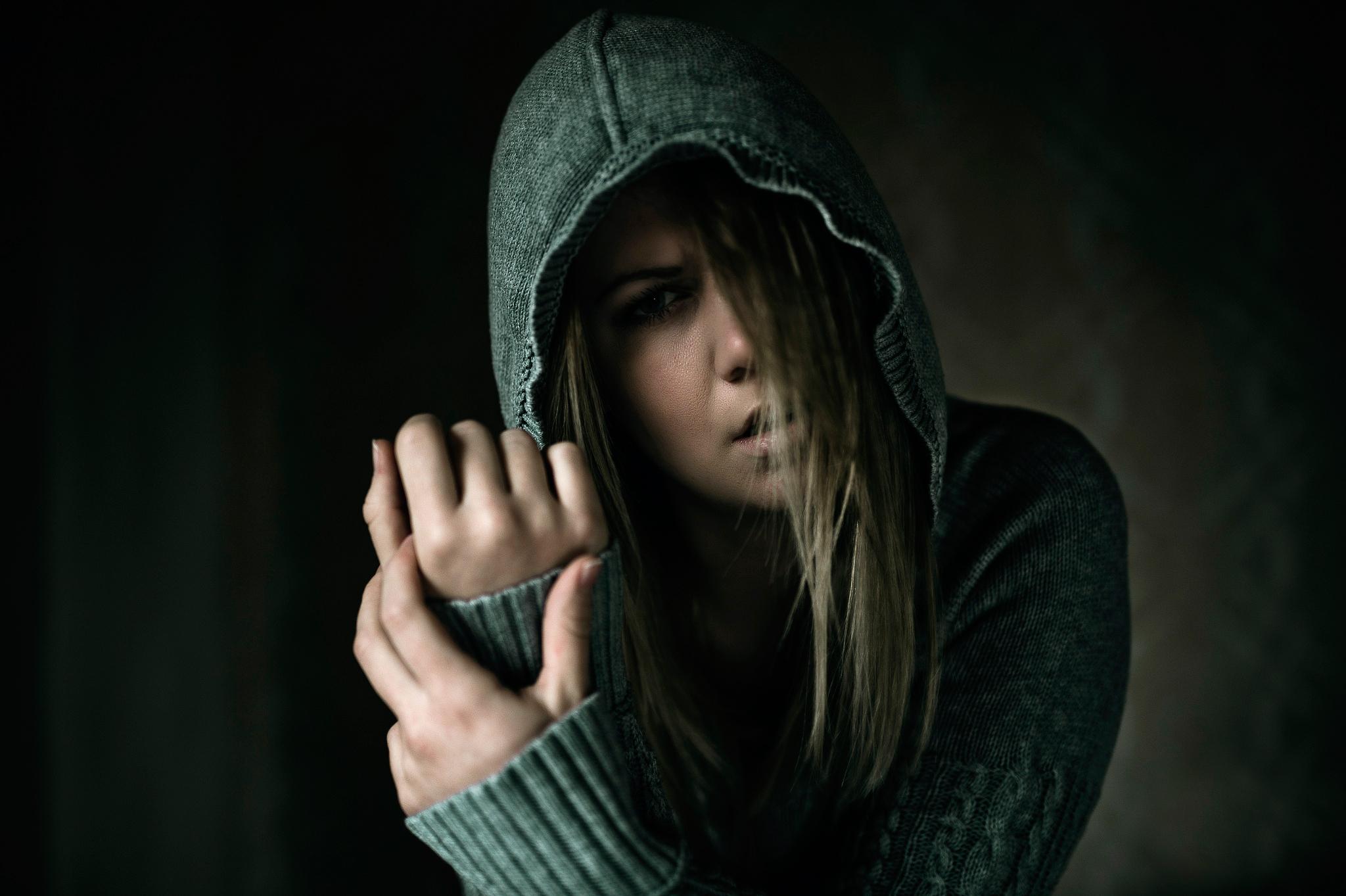 Факью картинки девушка в капюшоне с короткими волосами, гифка