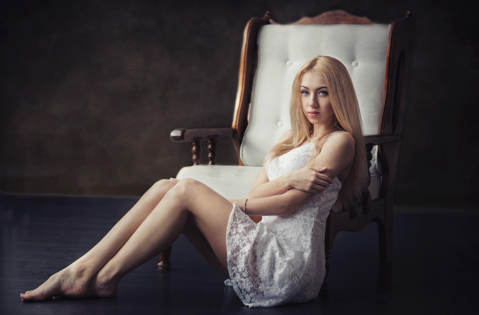красивая блондинка сидящая в кресле картинки губки