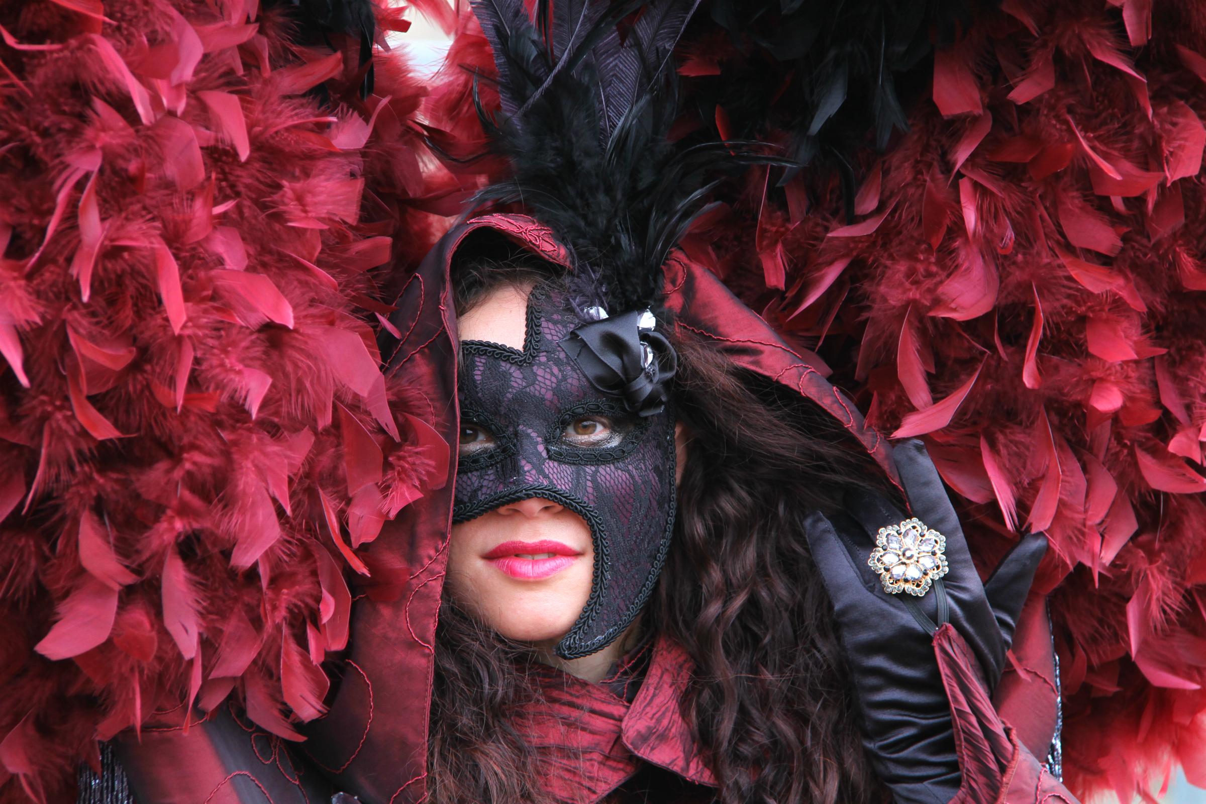 комментариях пользователи костюмы в масках фото улыбающегося льюиса так
