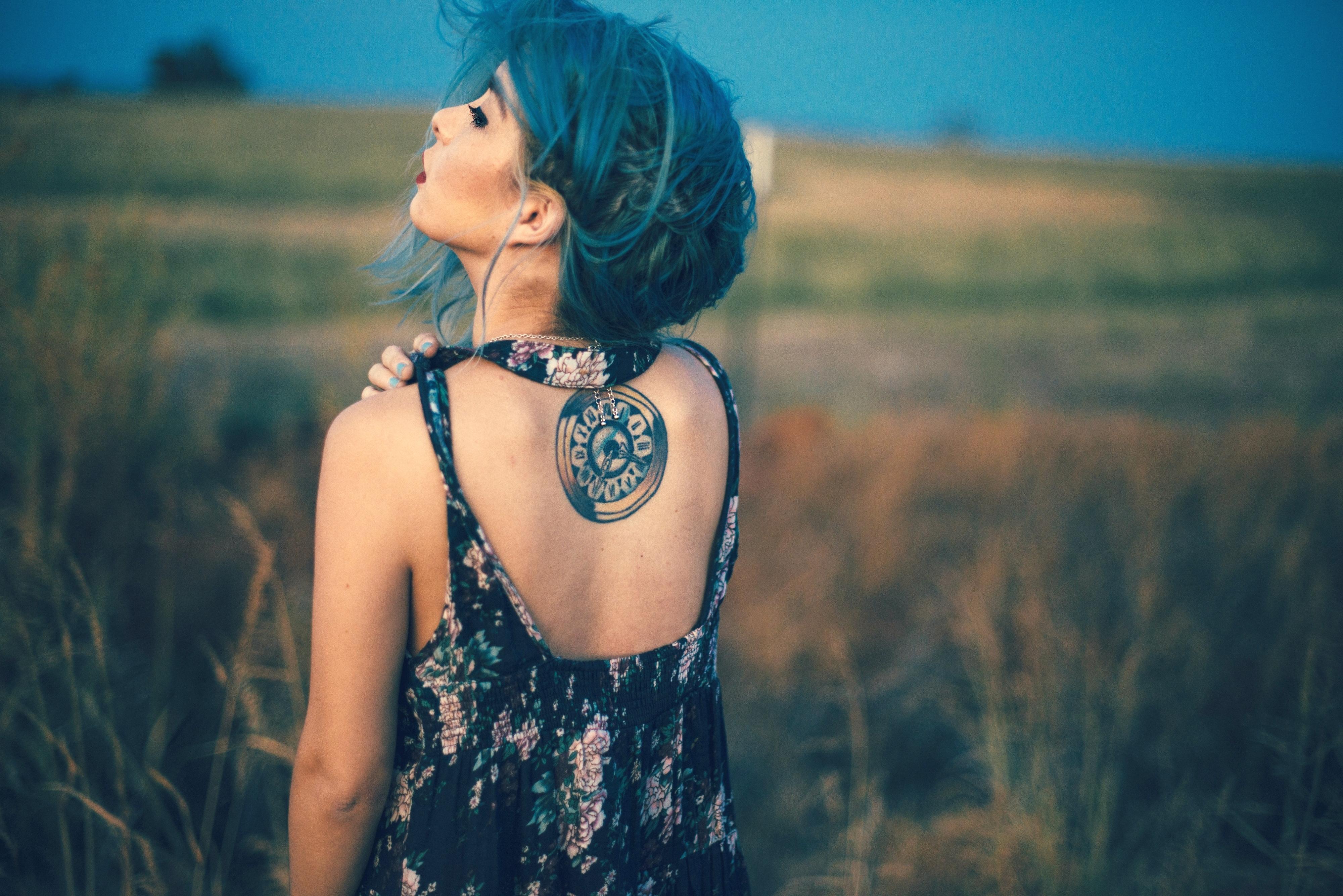 Картинка девушка со спины с татуировкой