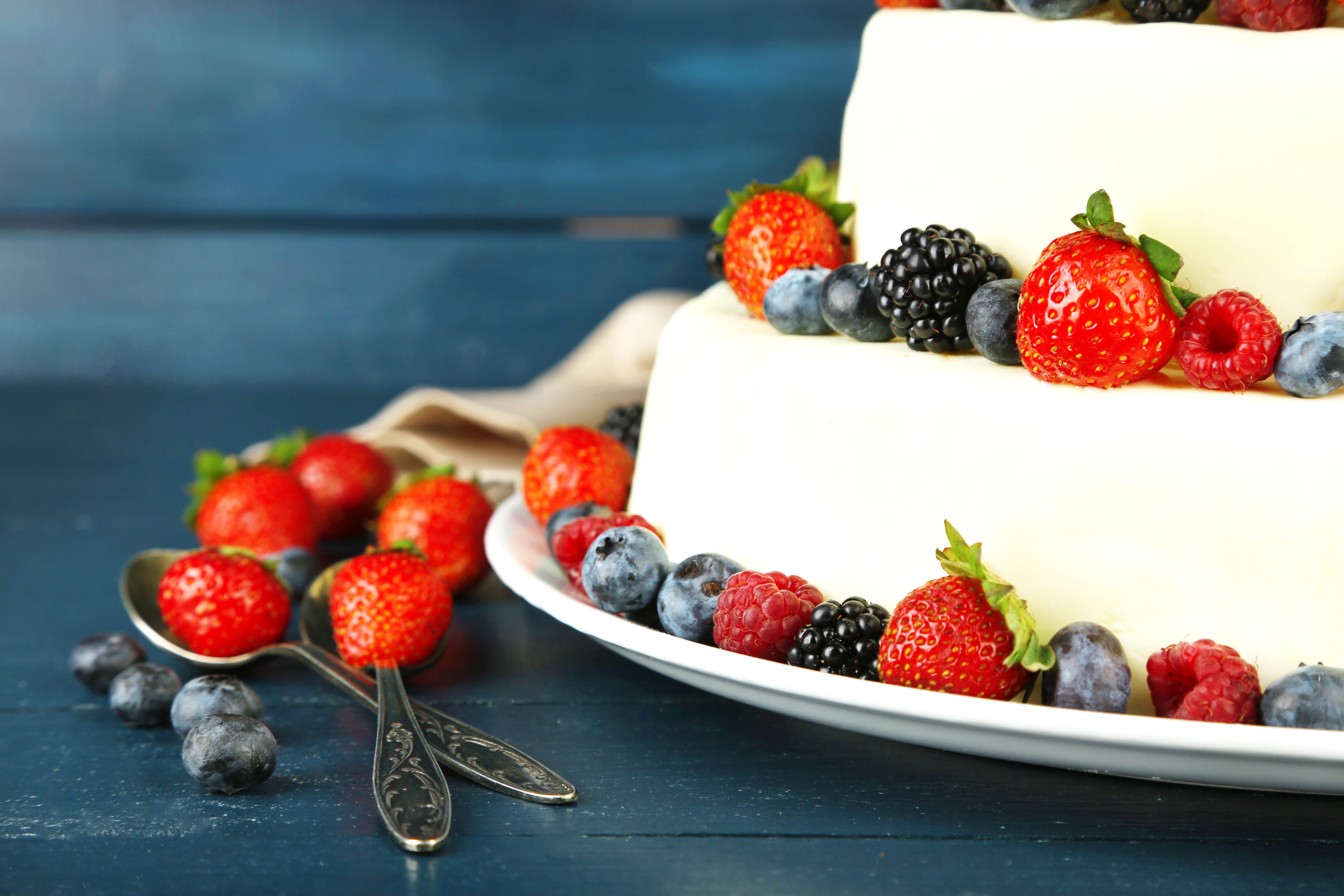 Белый торт с кусочками фруктов  № 2171510 без смс