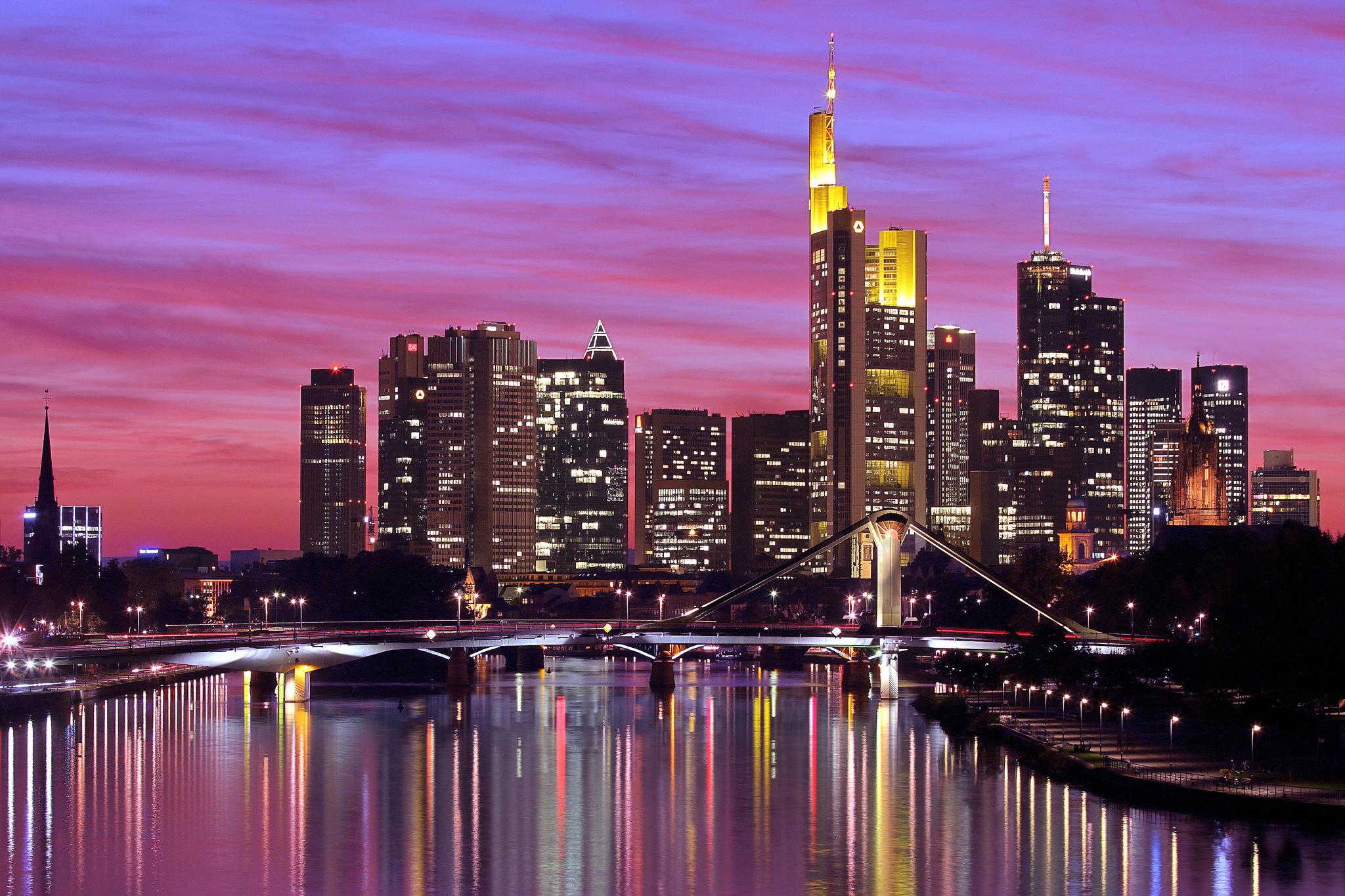 небоскреб отражение огни вечер город скачать