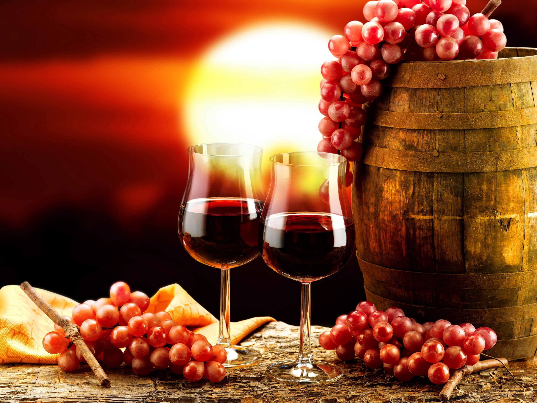 Днем рождения, открытка с красным вином