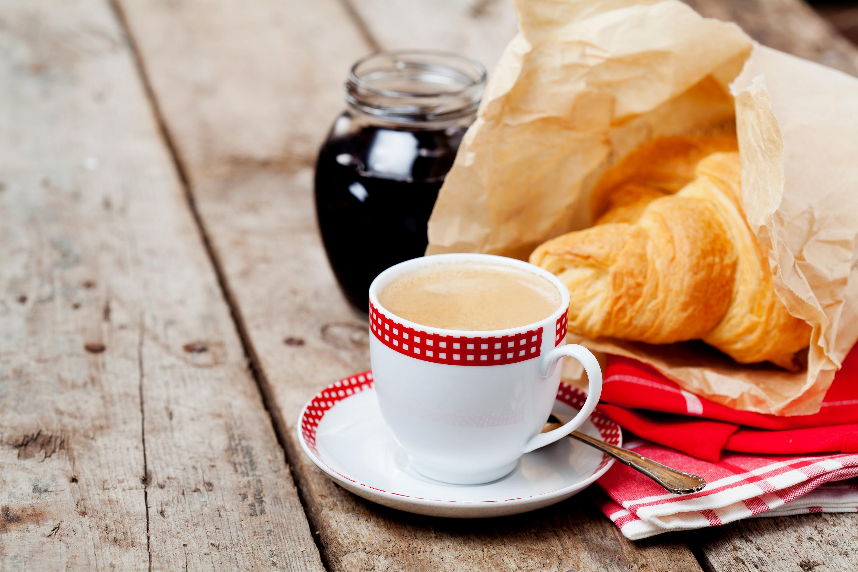 Фото кофе круассаны