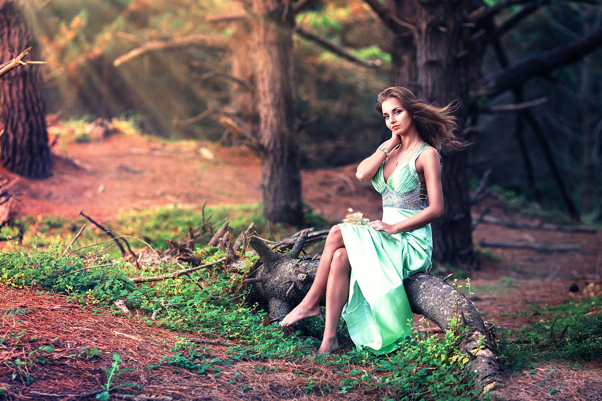 видеоролики девушки в лесу стесняется