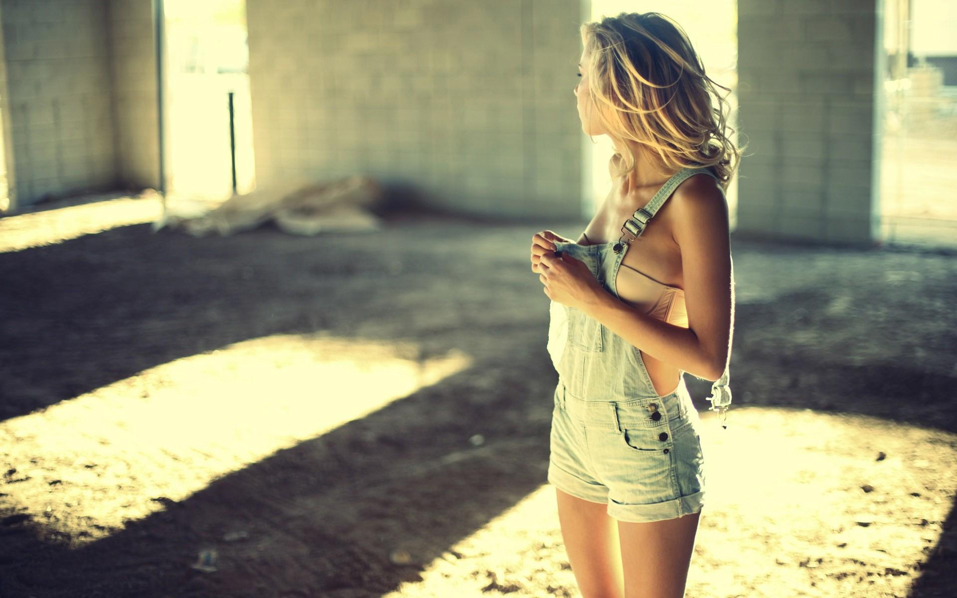 Снимает одежду себя девушка с красивая