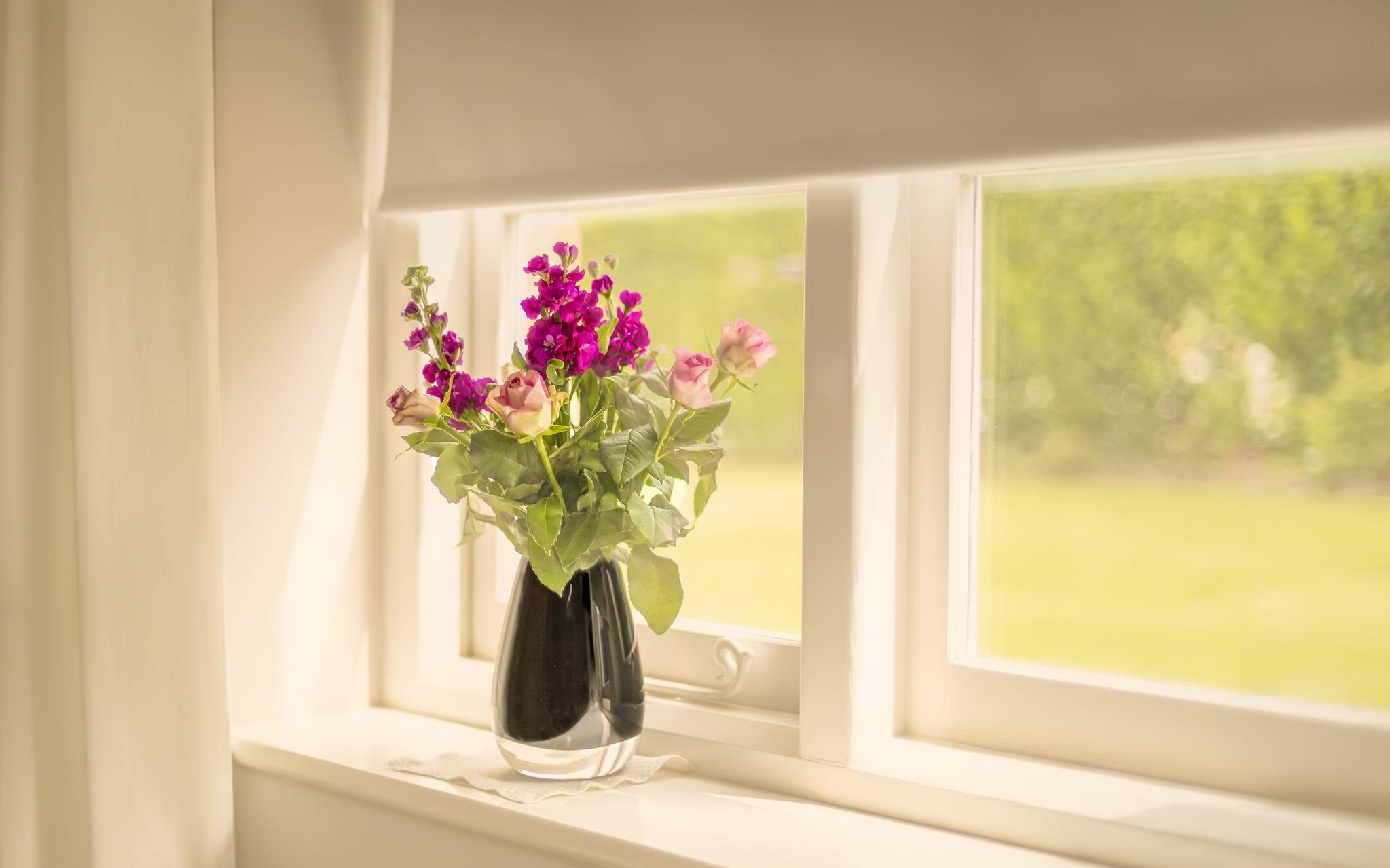 Обои для рабочего стола цветы в вазе на окне
