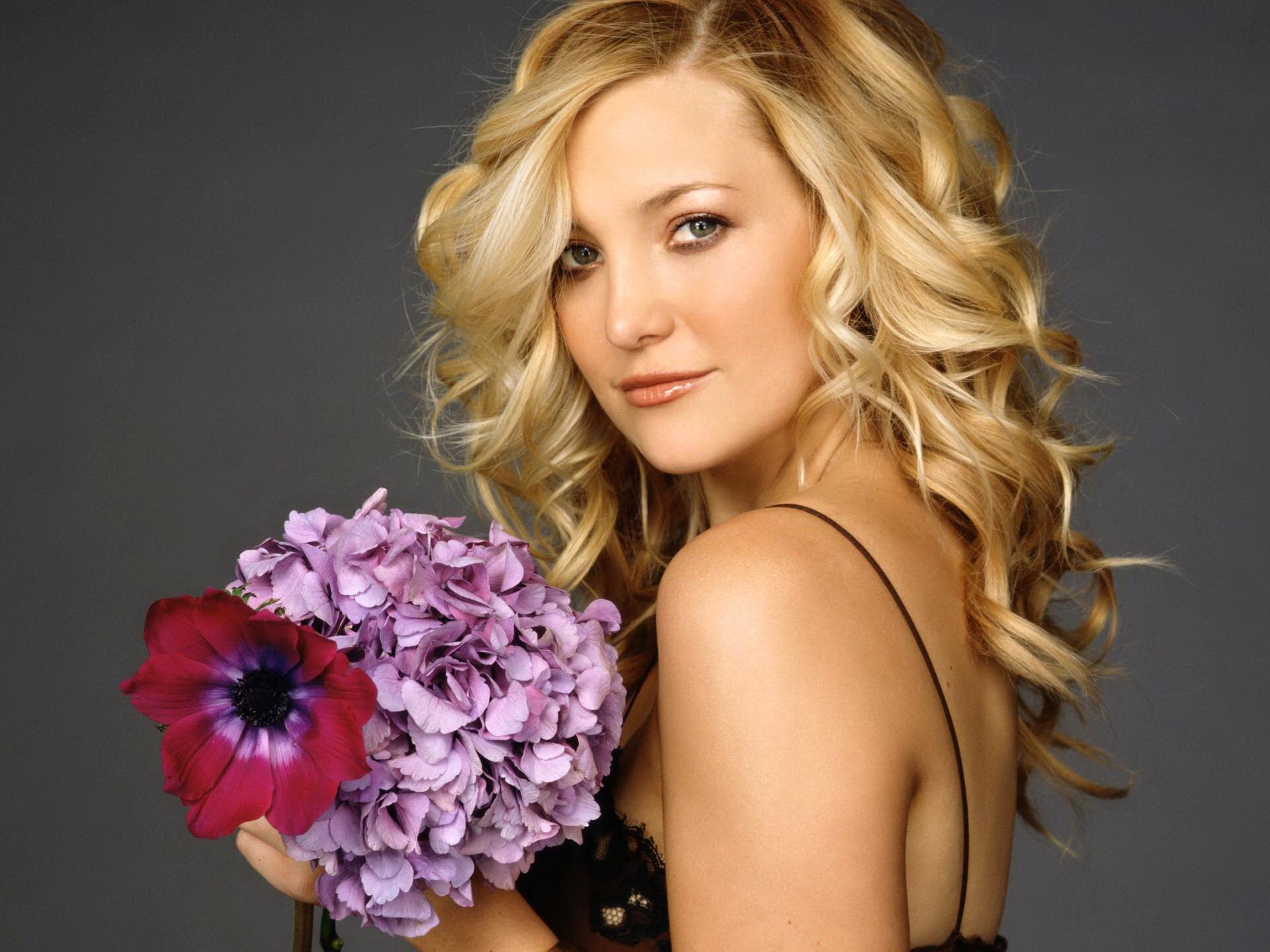 Фото женщин блондинок с цветами