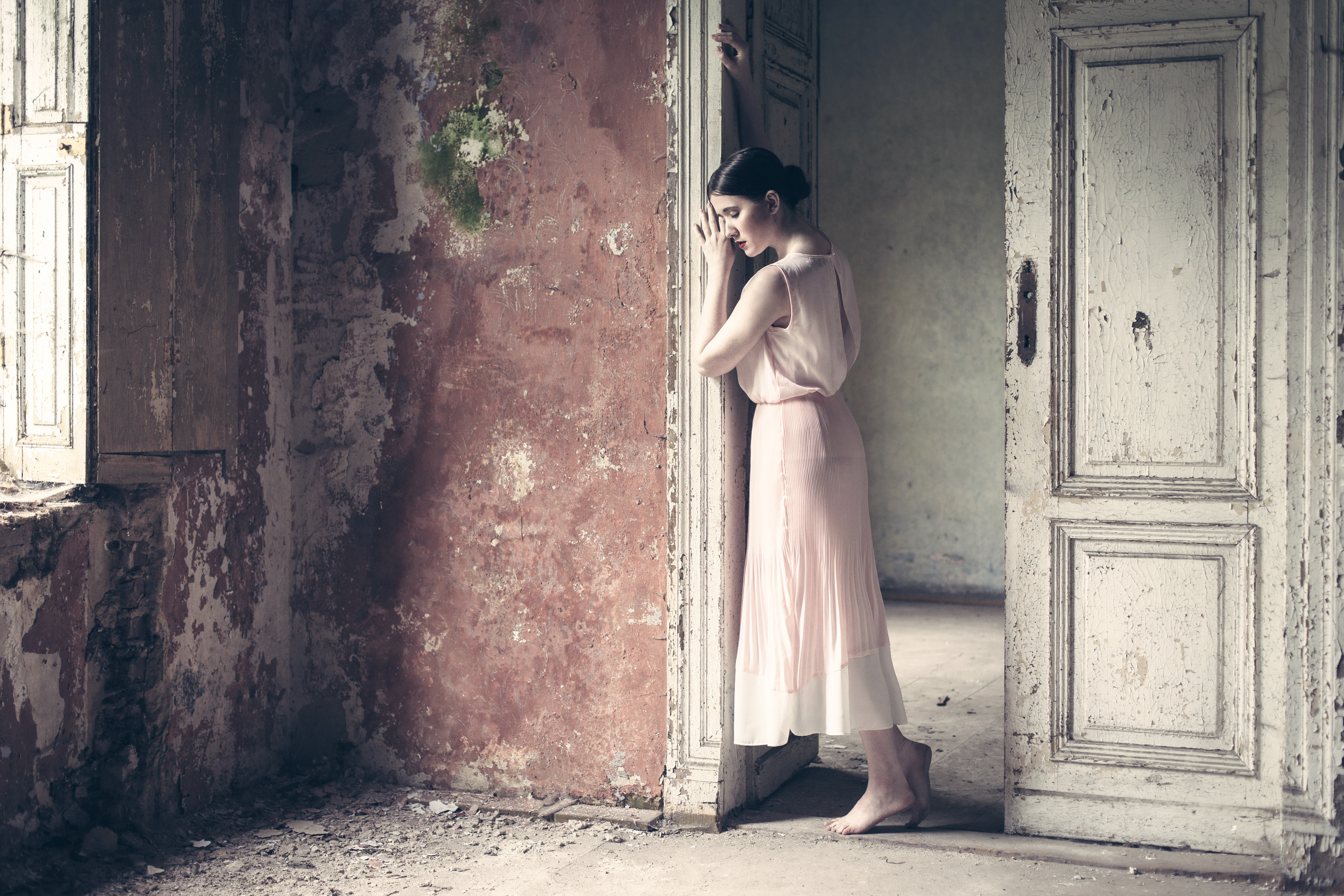 foto-stoyashey-devushki-v-dome
