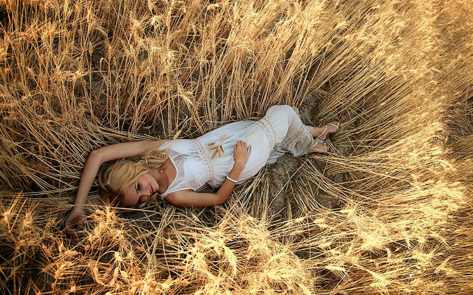 Девушка в поле с колосьями  № 1822184 загрузить