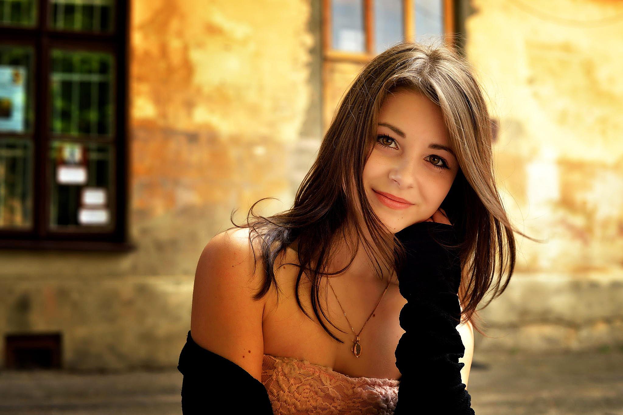 Красивая девчонка показала 12