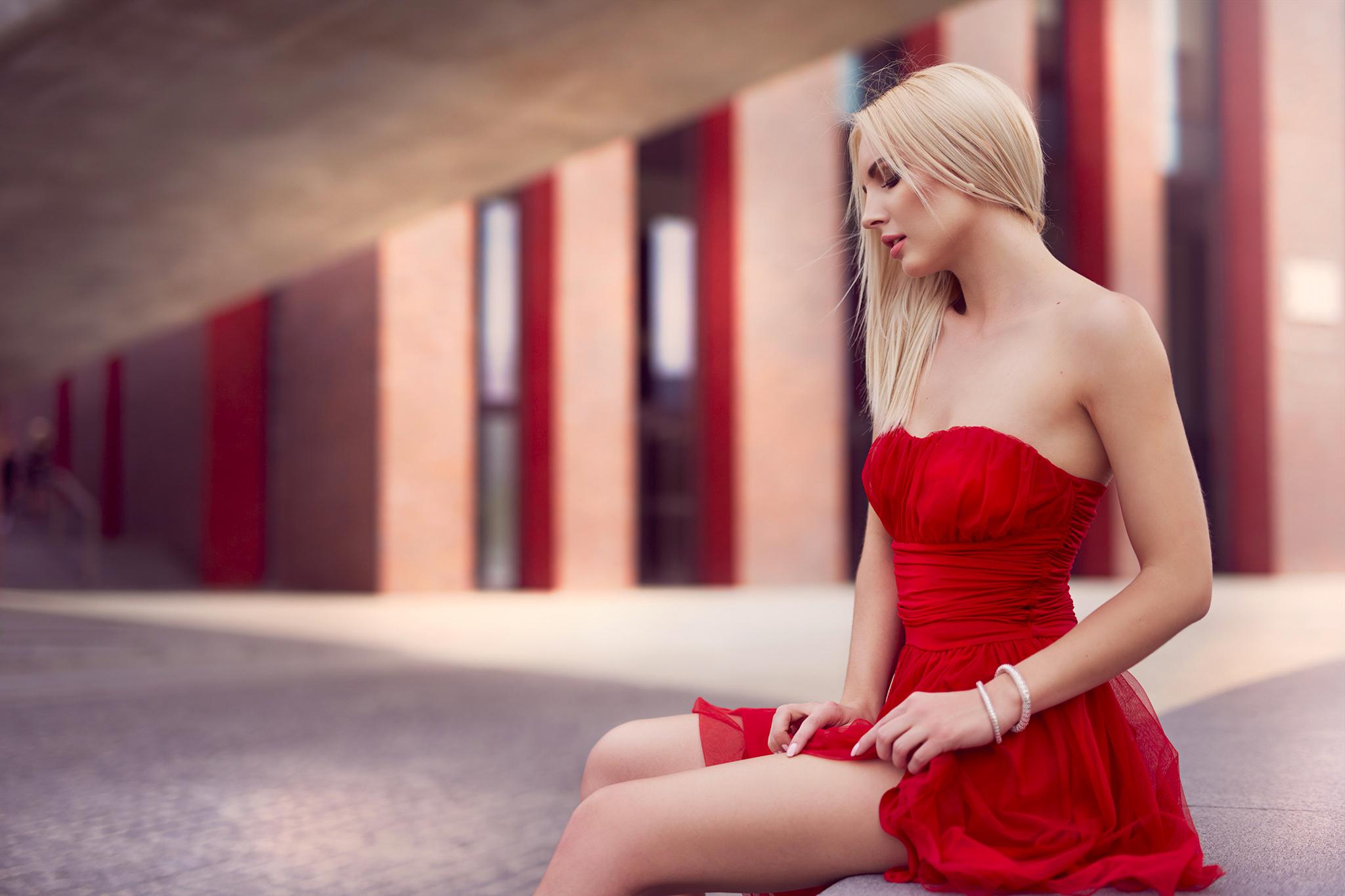 Красивые девушки красном возле