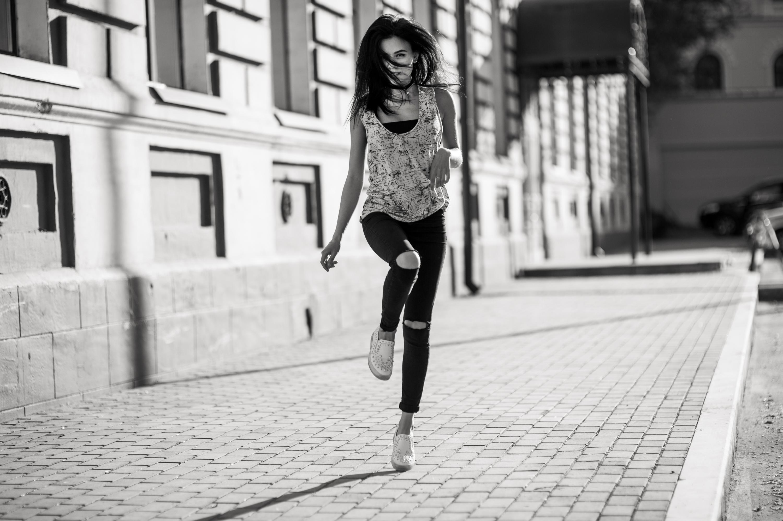 Красивая походка девочки подростка