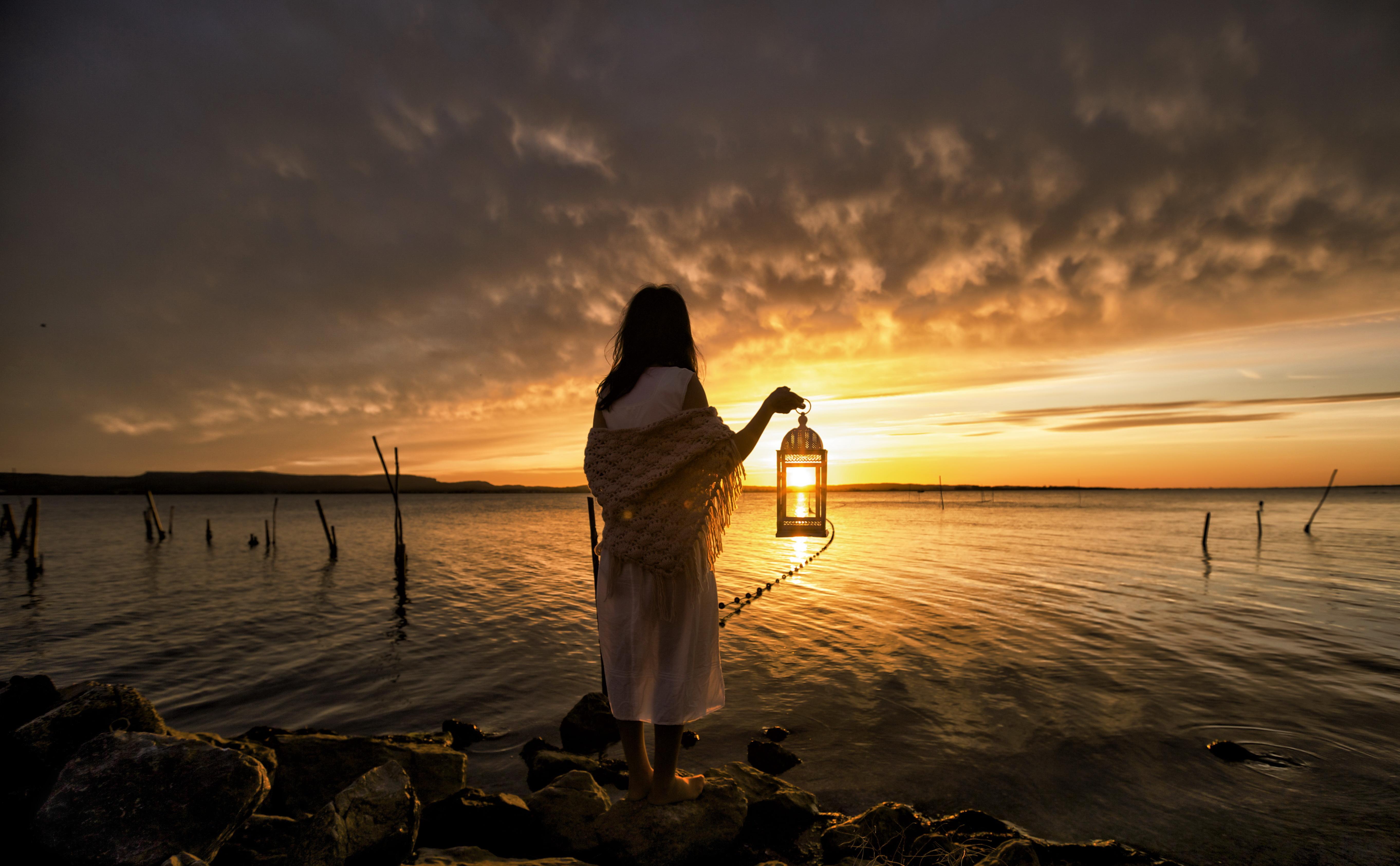 Девушка на берегу моря ночь фото
