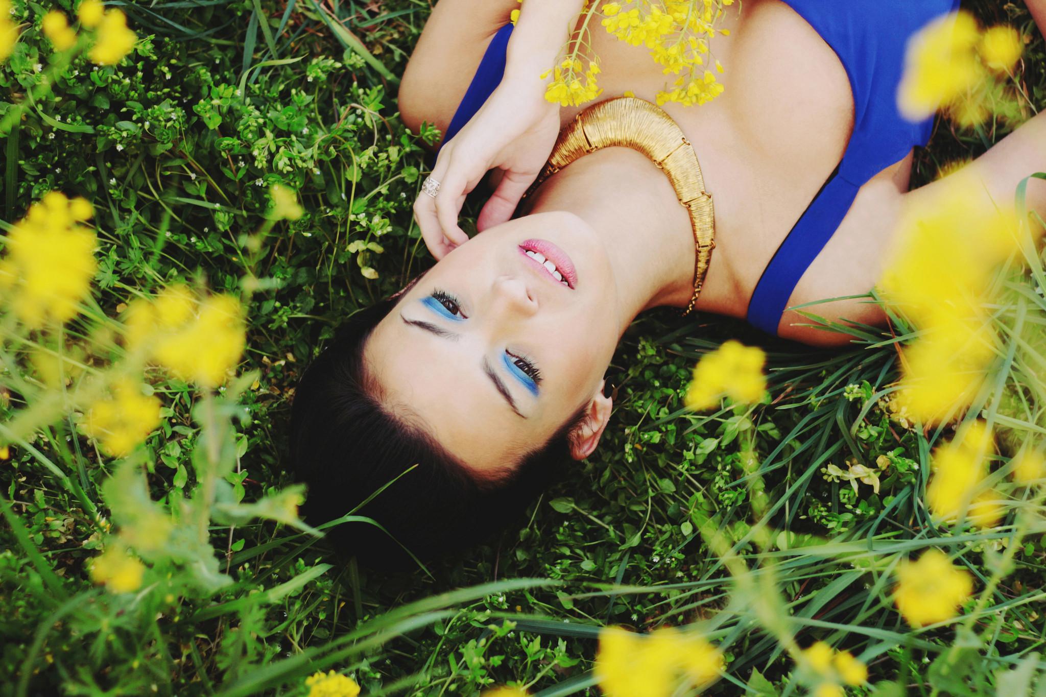Девушка лежащая в цветах фото