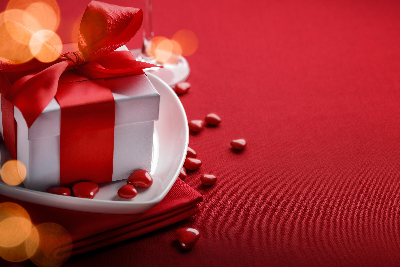 Красный фон с подарками