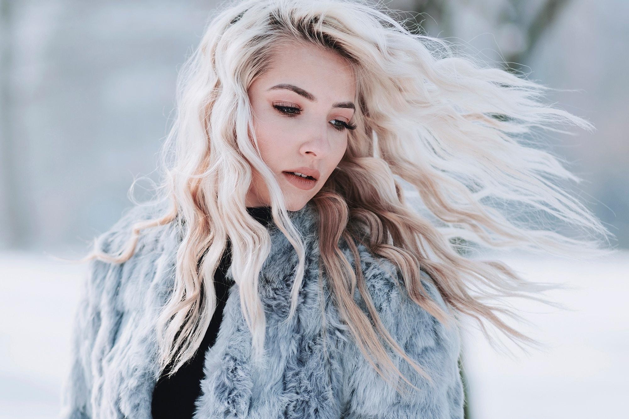 Девушка в пуховике волосы ветер