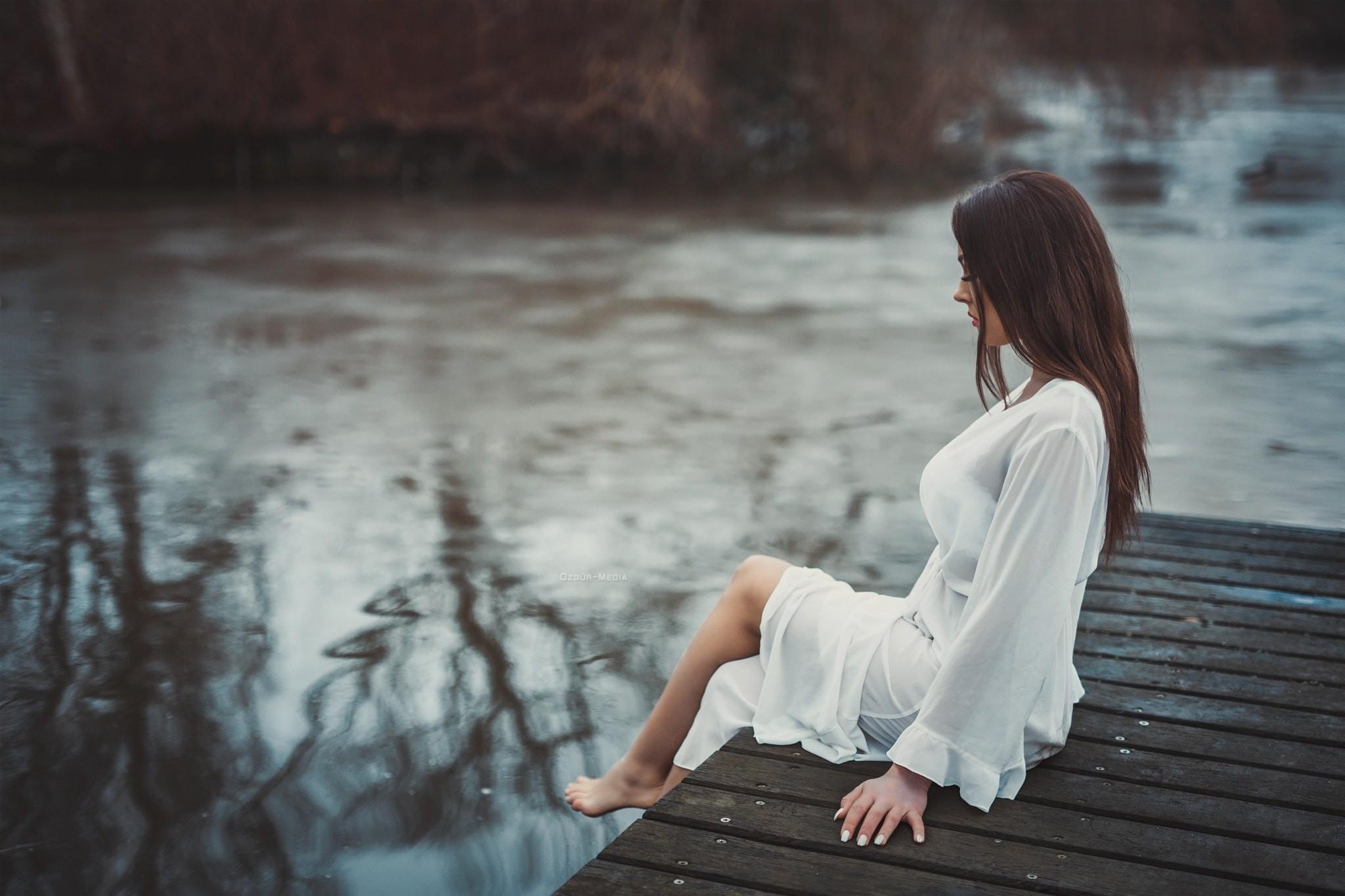Картинки девушка у реки со спины, открытки именем лида