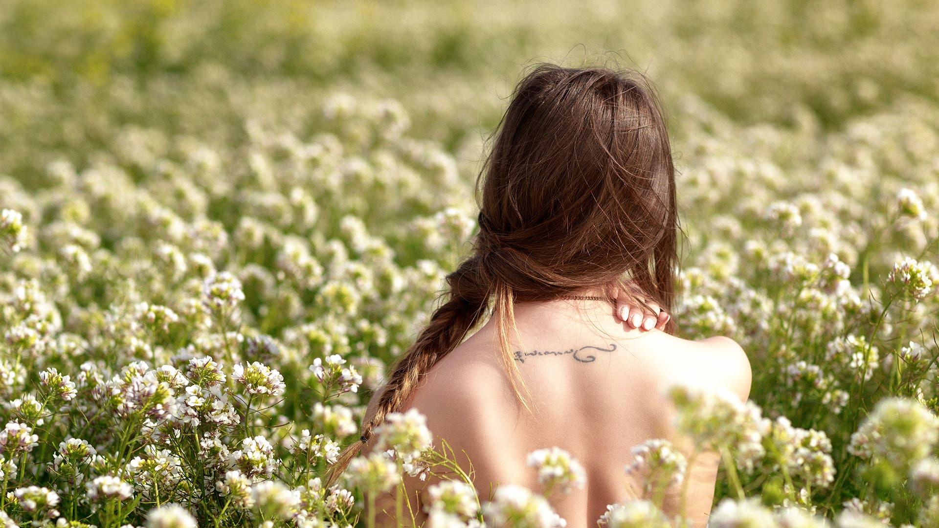 Картинки девушек с цветами задам