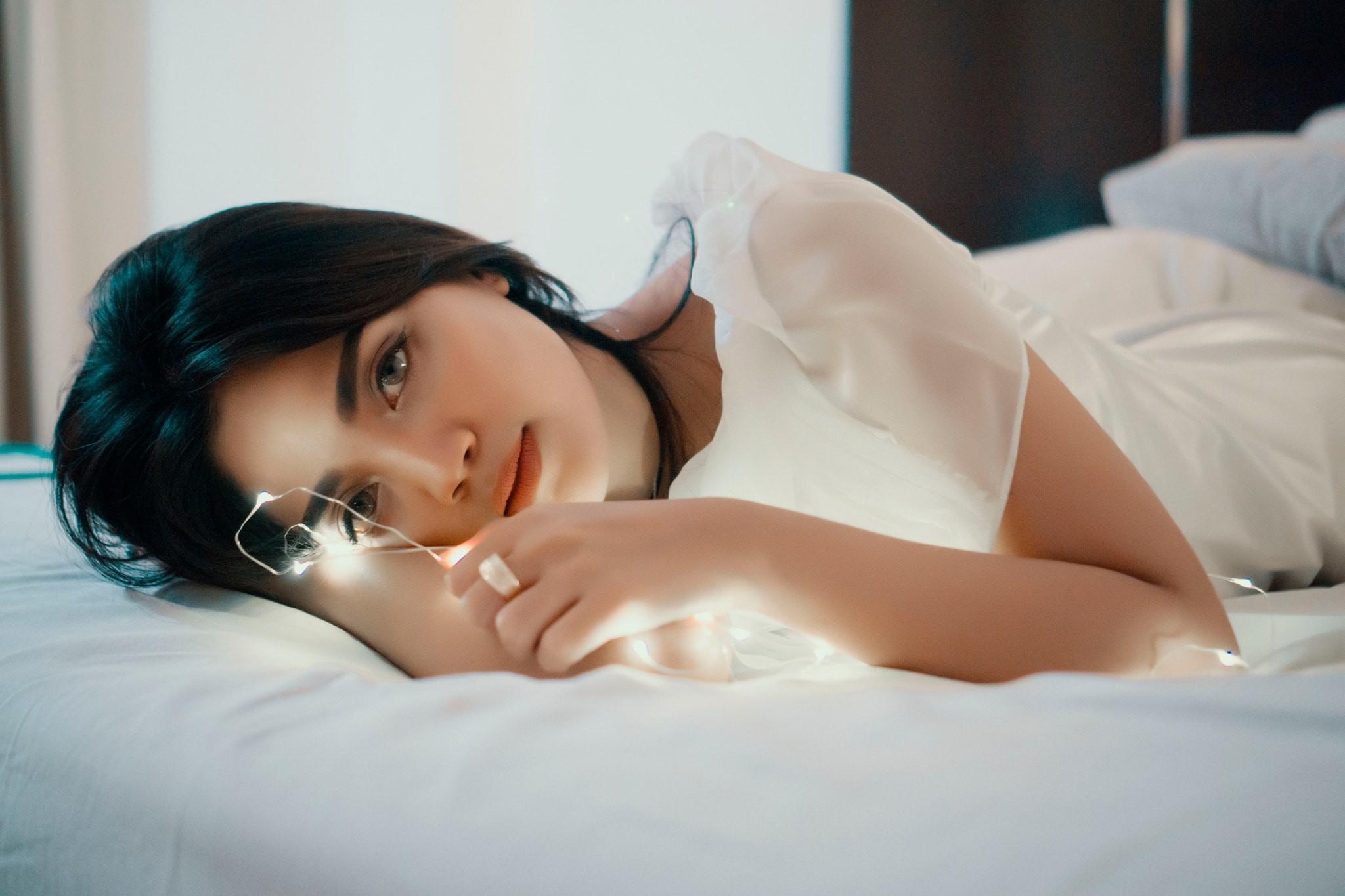 Фото девушек брюнеток в постели по домашнему, Голые жены в постели (34 фото) Частное 23 фотография